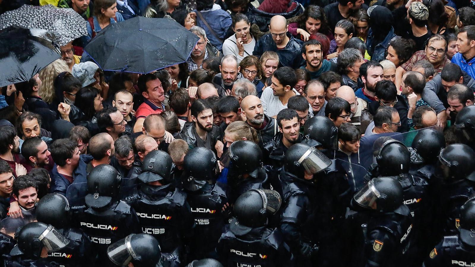 Un dels llocs on va carregar la Policia Nacional durant el matí de l'1-O va ser l'Escola Ramon Llull de Barcelona.