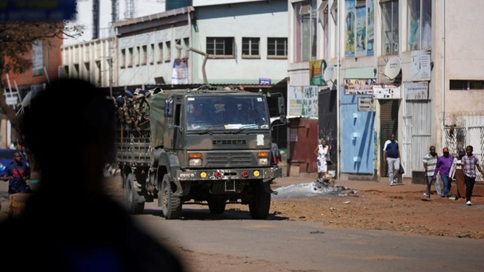 L'exèrcit de Zimbàbue pren el carrer a l'espera dels resultats electorals