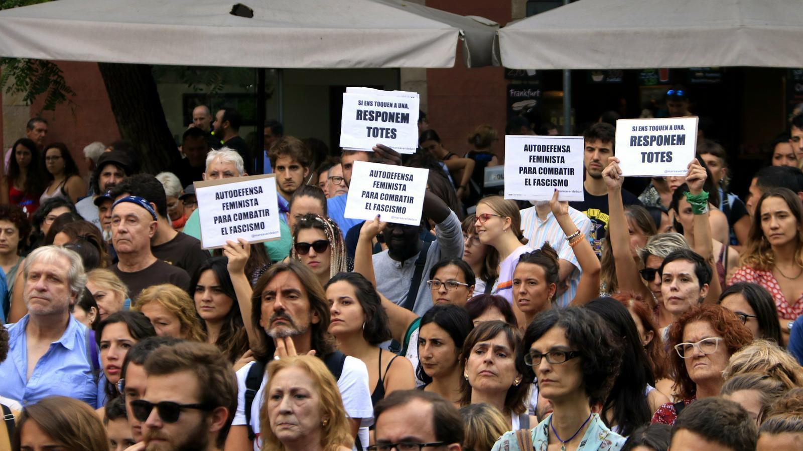 Centenars de persones condemnen la violació d'una noia quan tornava de les festes de Gràcia