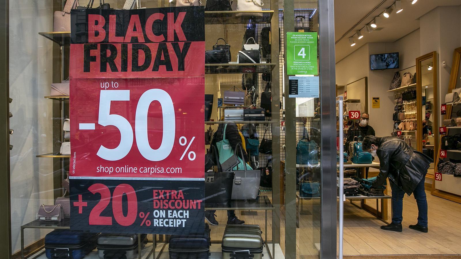Una botiga a Barcelona aquest divendres amb un cartell a l'aparador que anuncia els descomptes del 'black friday'