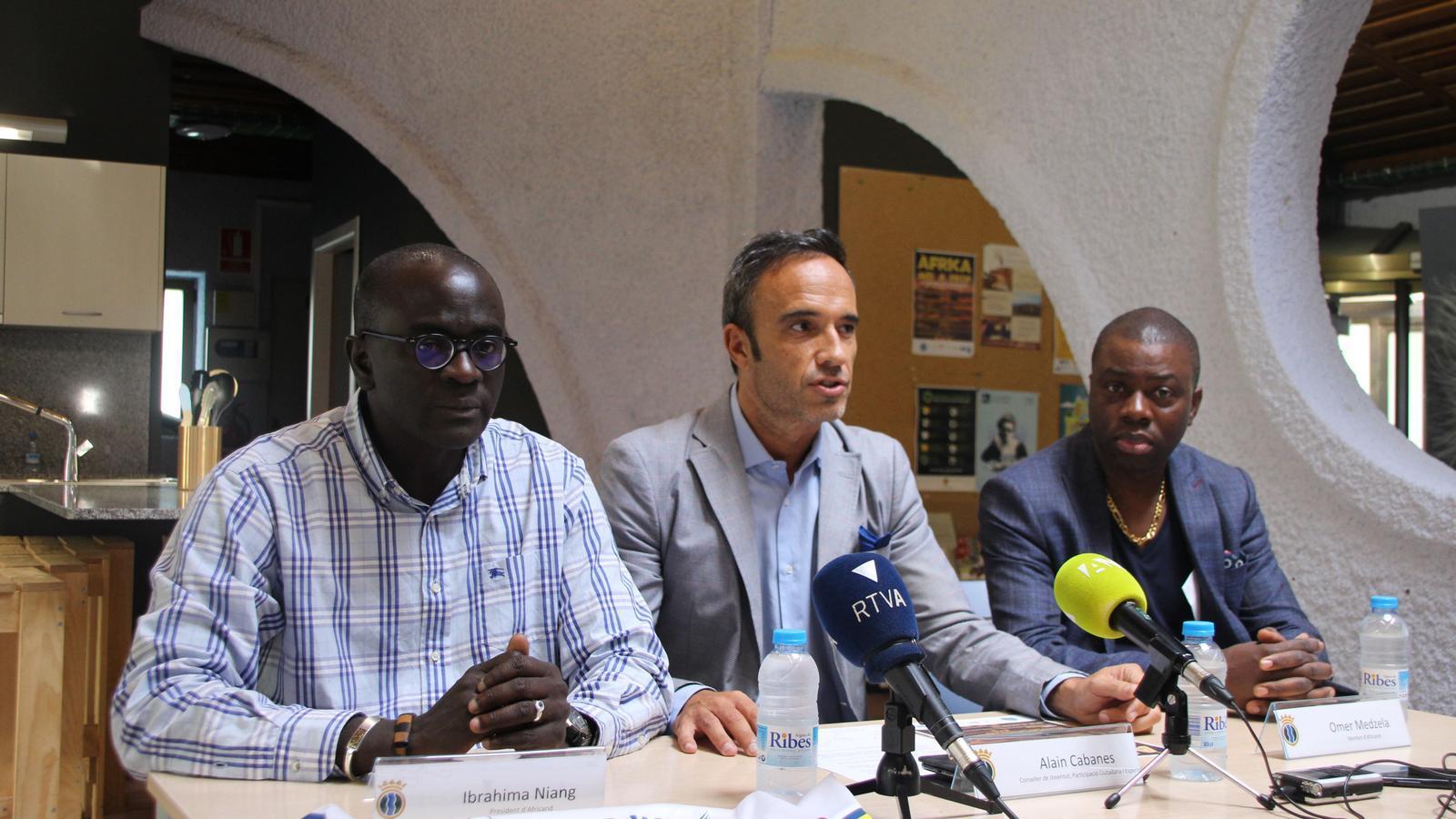 Ibrahima Niang, Alain Cabanes i Omer Medzela presenten l'11a setmana a la diversitat. / A. S.