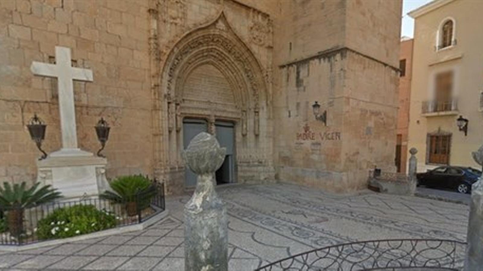 Imatge de la creu a les portes de l'església de Callosa d'en Sarrià.