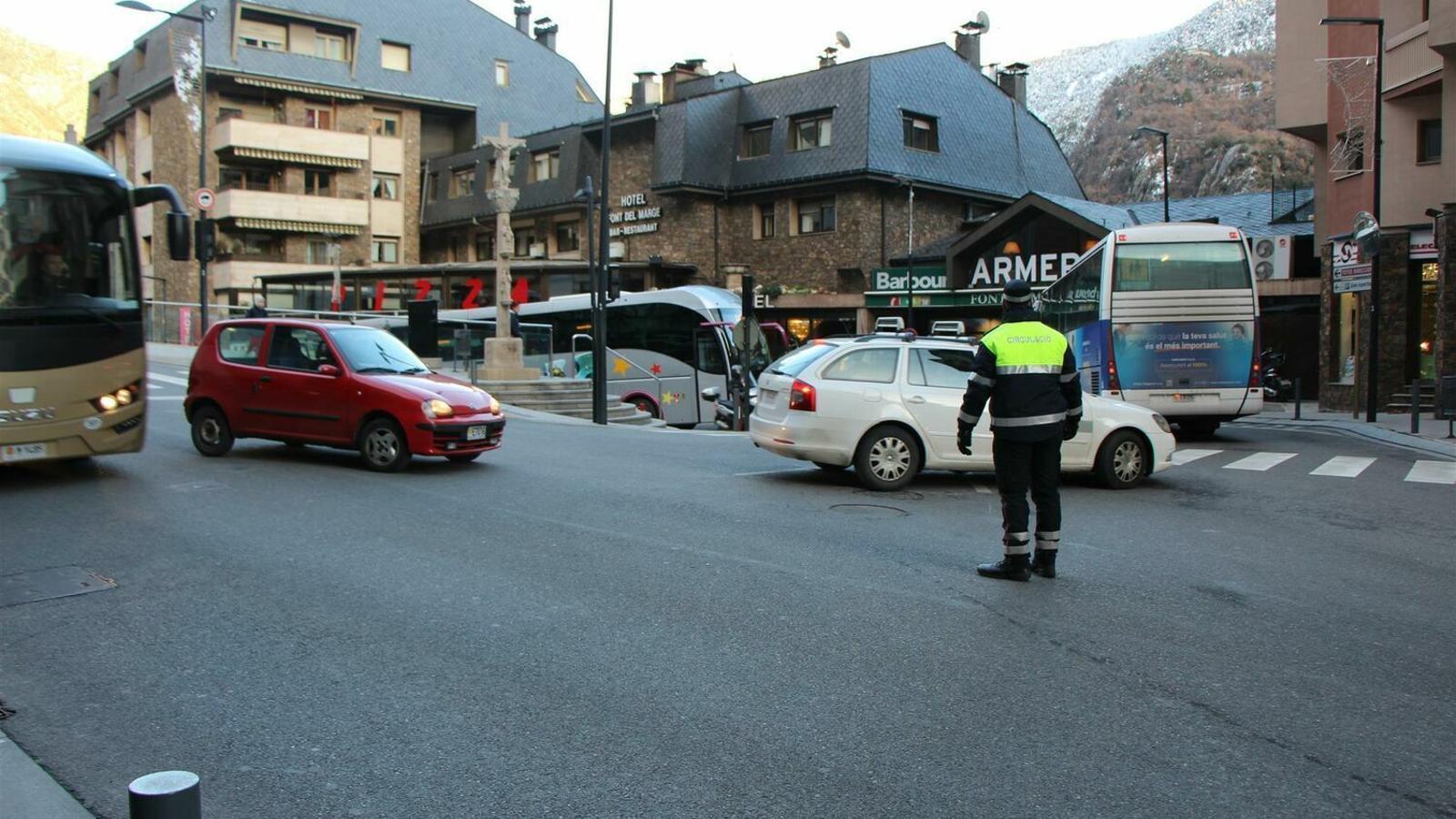 Un agent regula el trànsit. / ARA ANDORRA