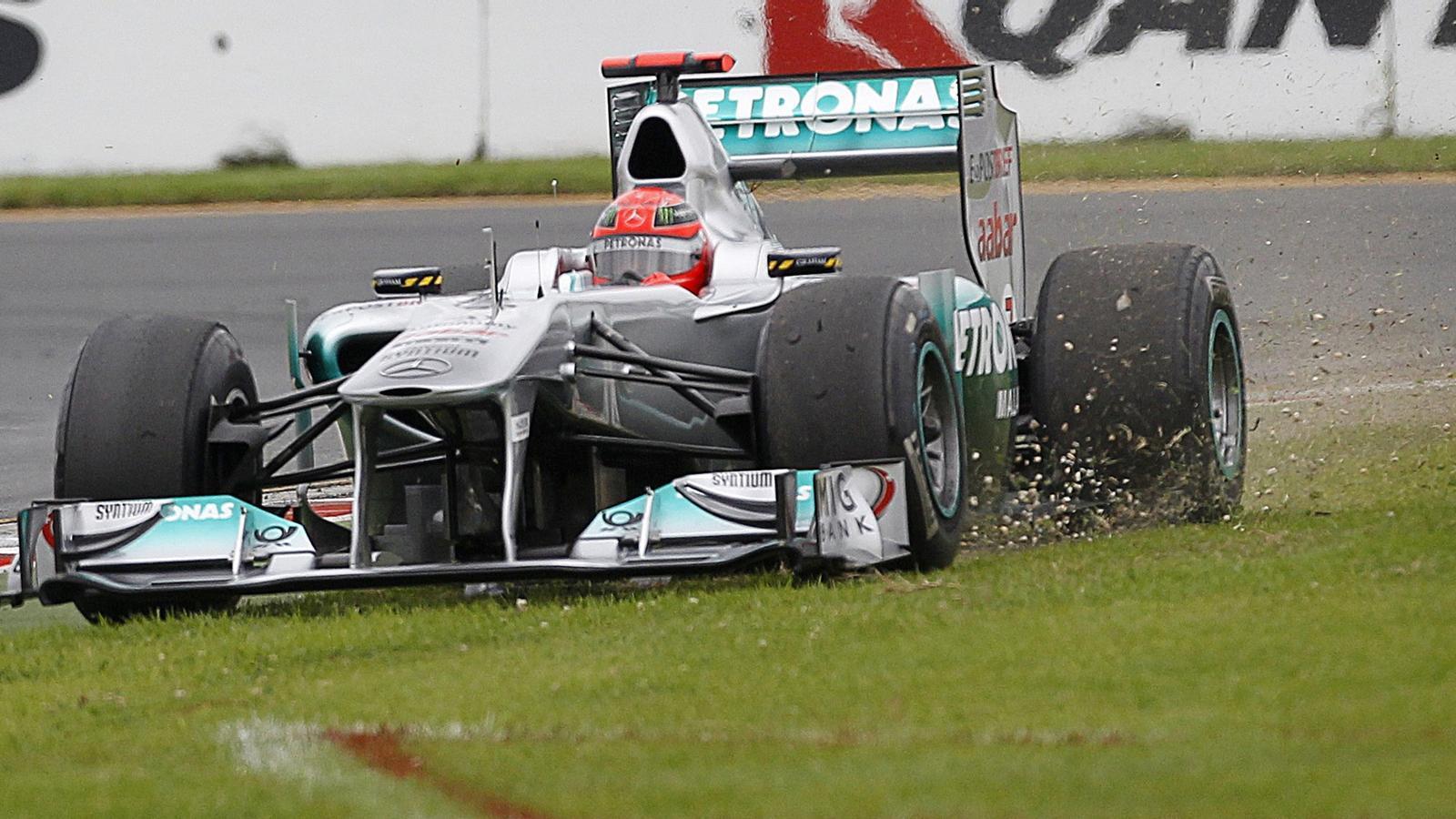 Tot i les sortides de pista (a la foto, el Mercedes de Schumacher) i els accidents, els pilots acostumen a acabar sans i estalvis. / D.M. / REUTERS
