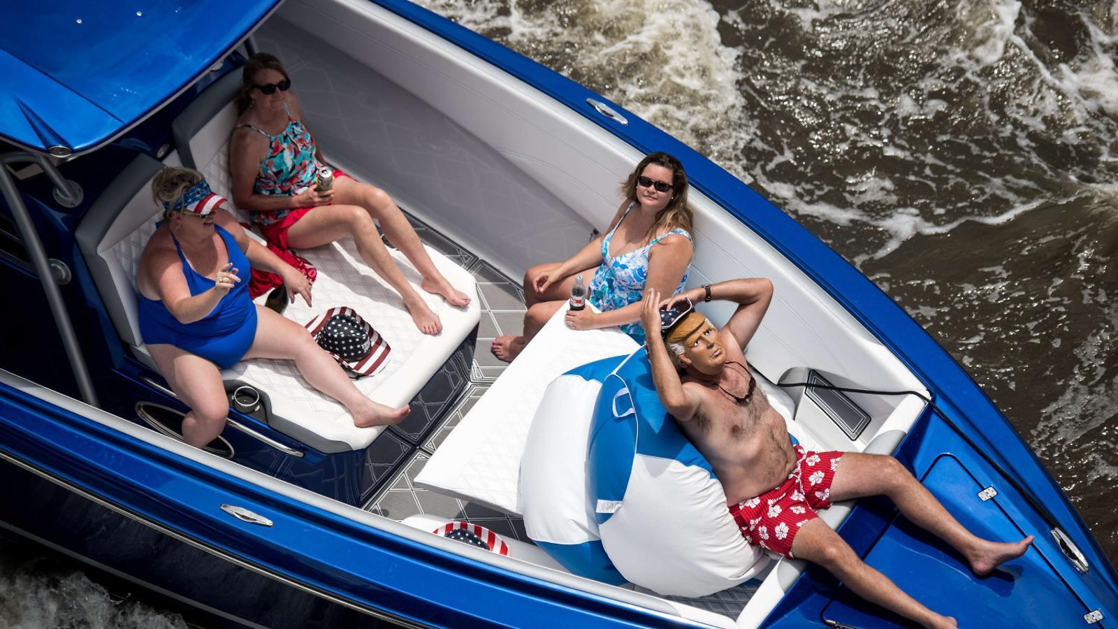 Un dels vaixells que participaven diumenge en la desfilada Make America great again a Carolina del Sud.