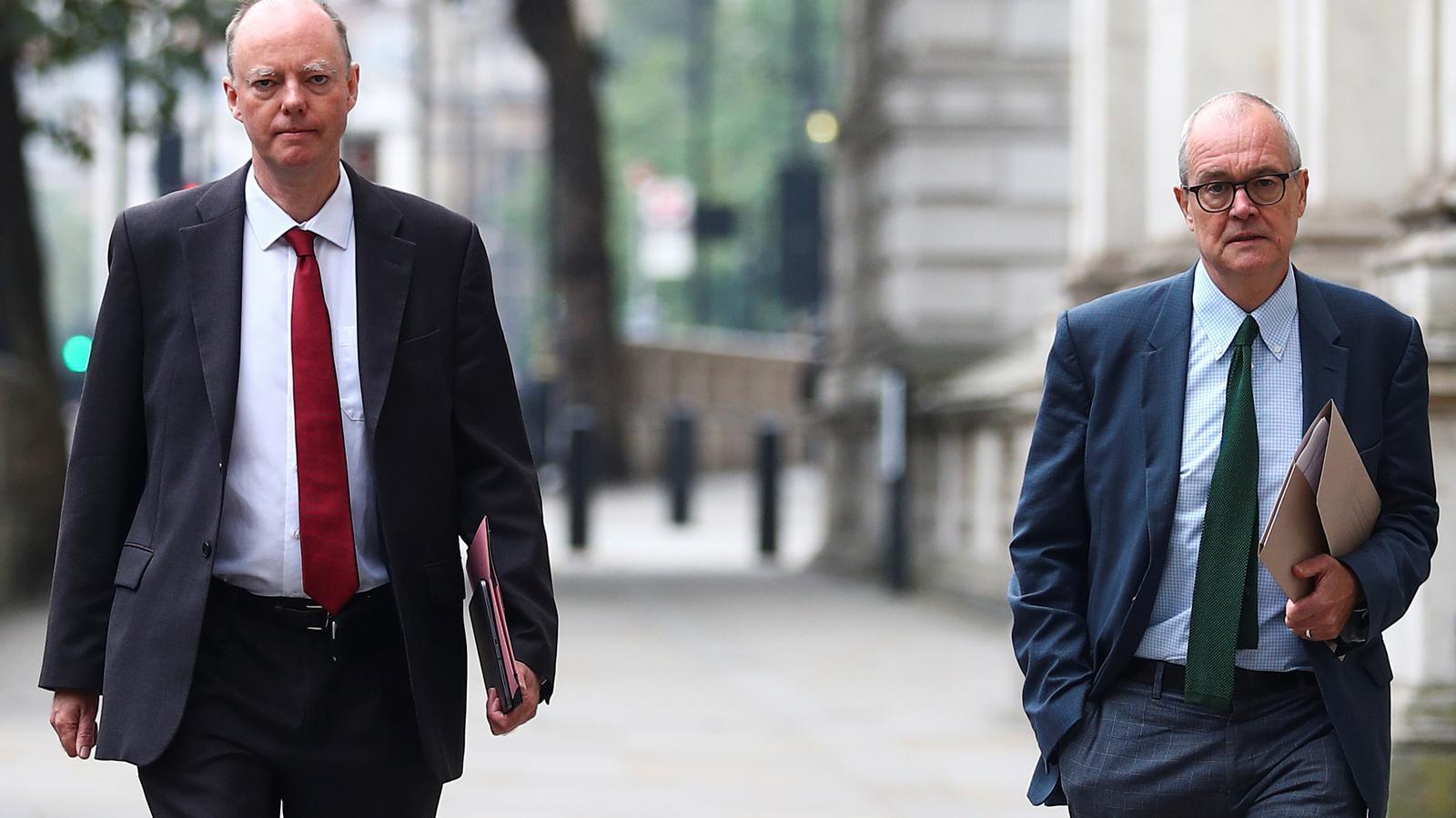 Chris Witthy i Patrick Vallance, aquest dilluns, dirigint-se cap a Downing Street des d'on han llançat un molt seriós advertitment a tota la població del Regne Unit