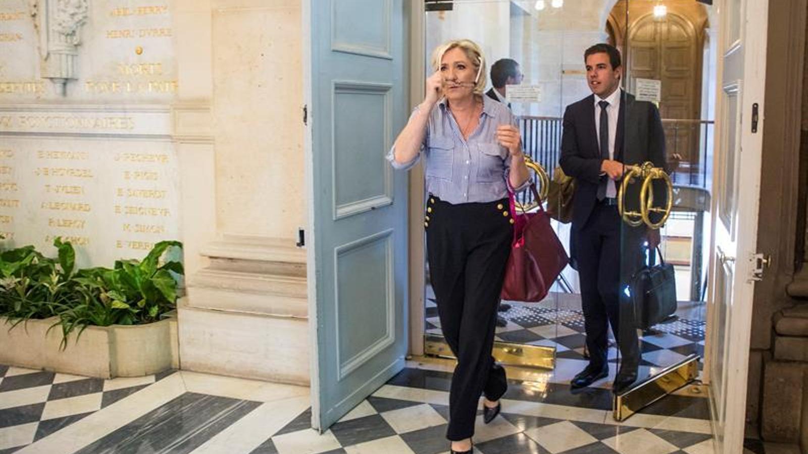 Marine Le Pen entrant en l'Assemblea Nacional