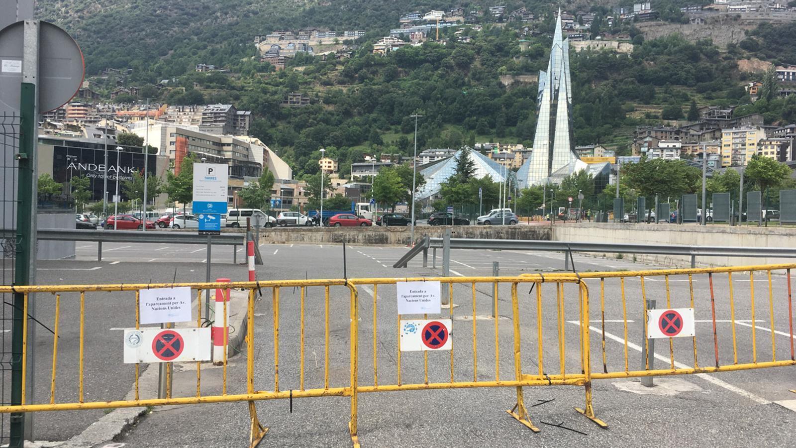 Les tanques que impedeixen l'entrada al pàrquing Consell de la Terra a través del carrer del Prat Gran, aquest divendres. / M. T. (ANA)