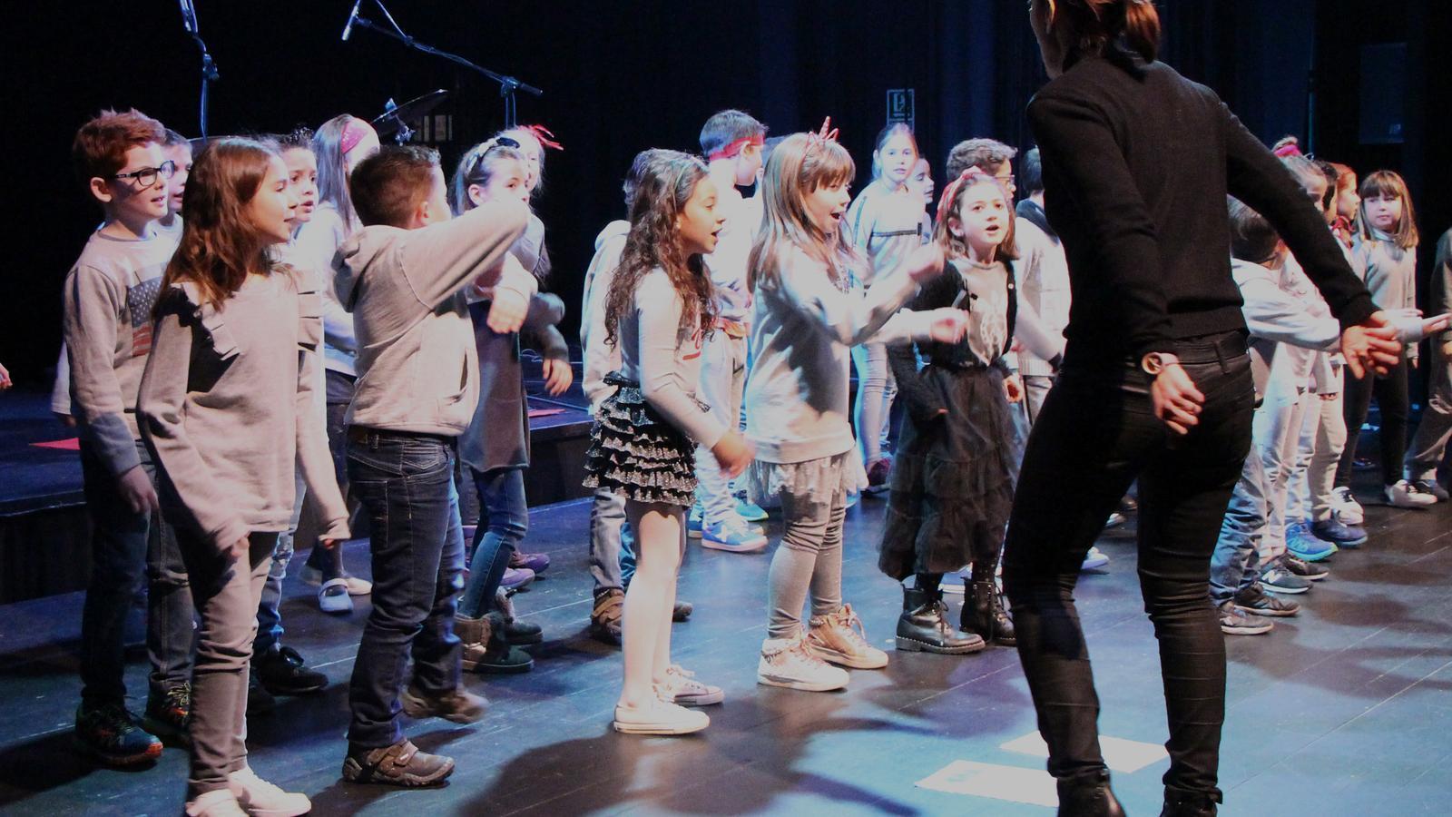 En algunes de les actuacions, els alumnes de l'escola andorrana s'han animat a ballar, acompanyats de la seva tutora. / M. R. F.