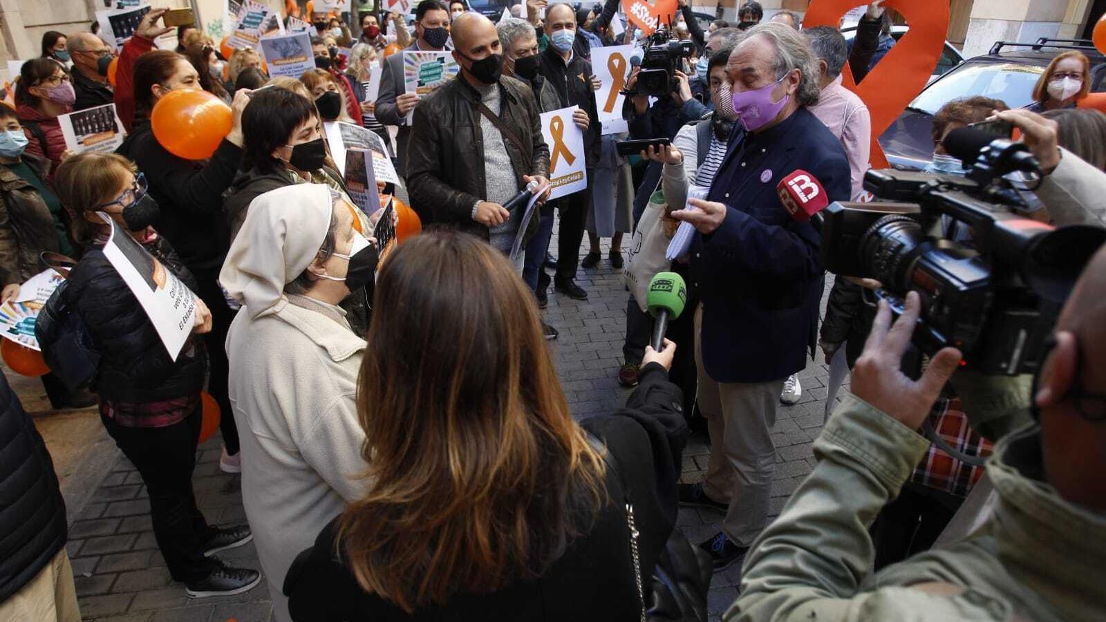 El conseller d'Educació, Universitat i Recerca, Martí March, parlant amb els manifestants