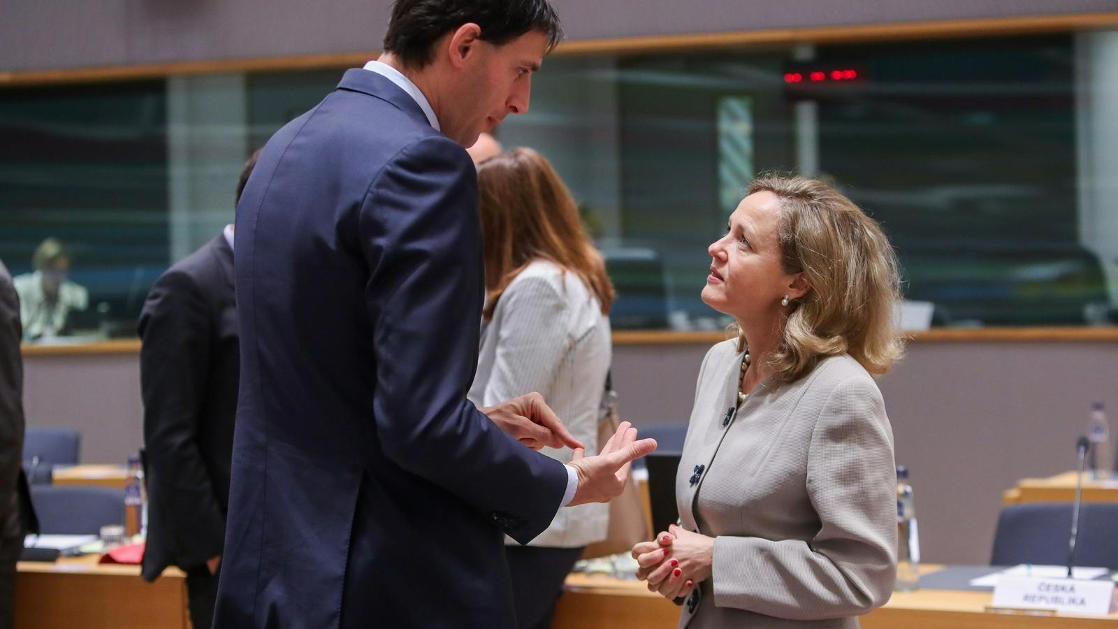 El ministre de Finances holandès, amb la ministra d'Economia espanyola