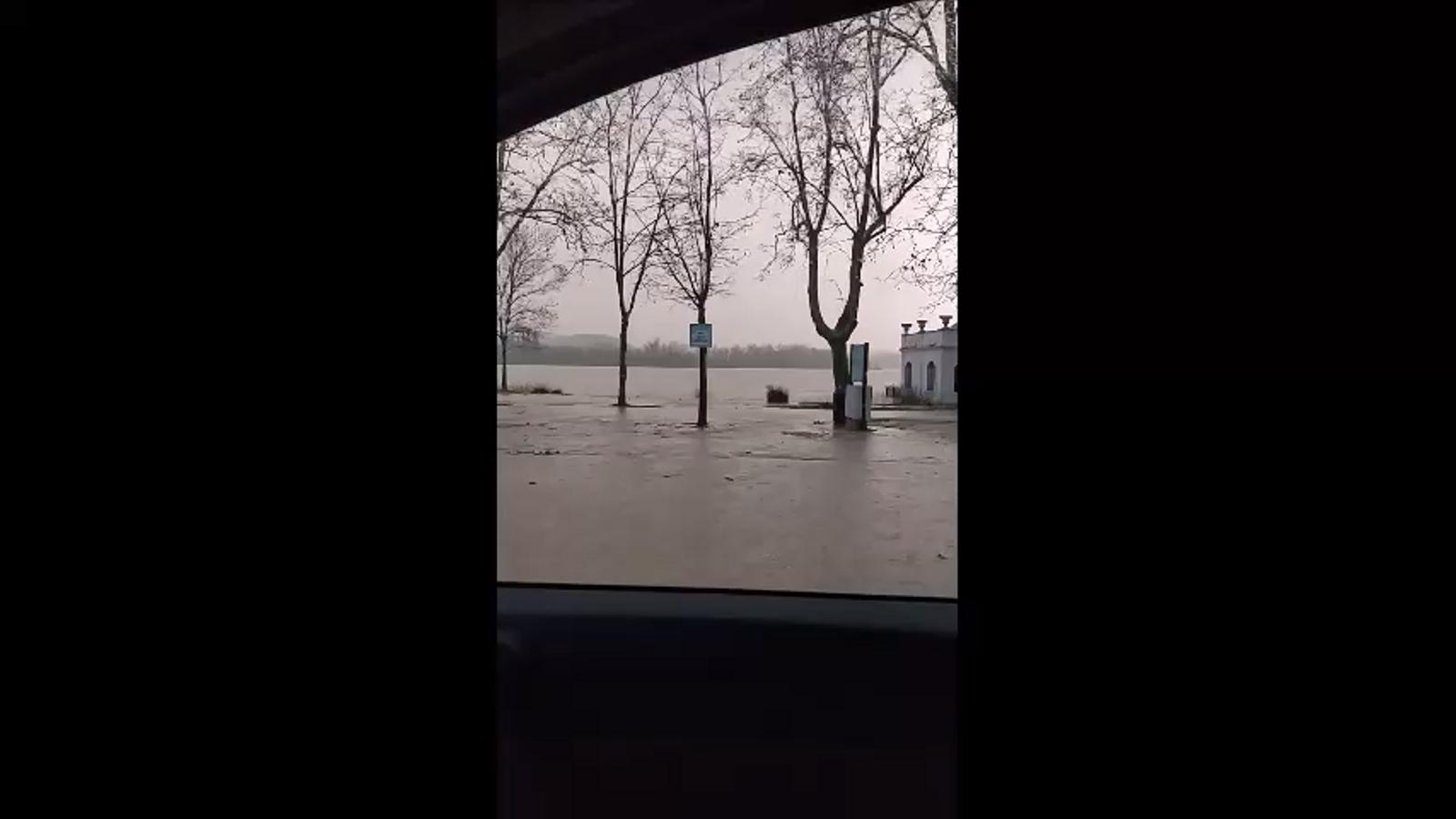 L'estany de Banyoles vessa a causa del temporal