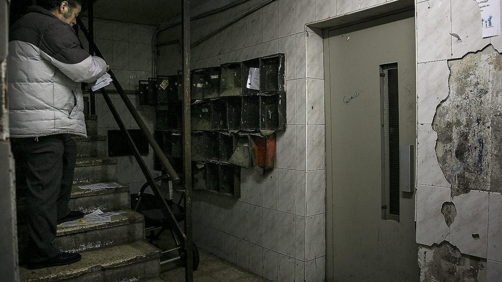 Una de les entrades de l'edifici Venus, el més degradat de la Mina / C. CALDERER.