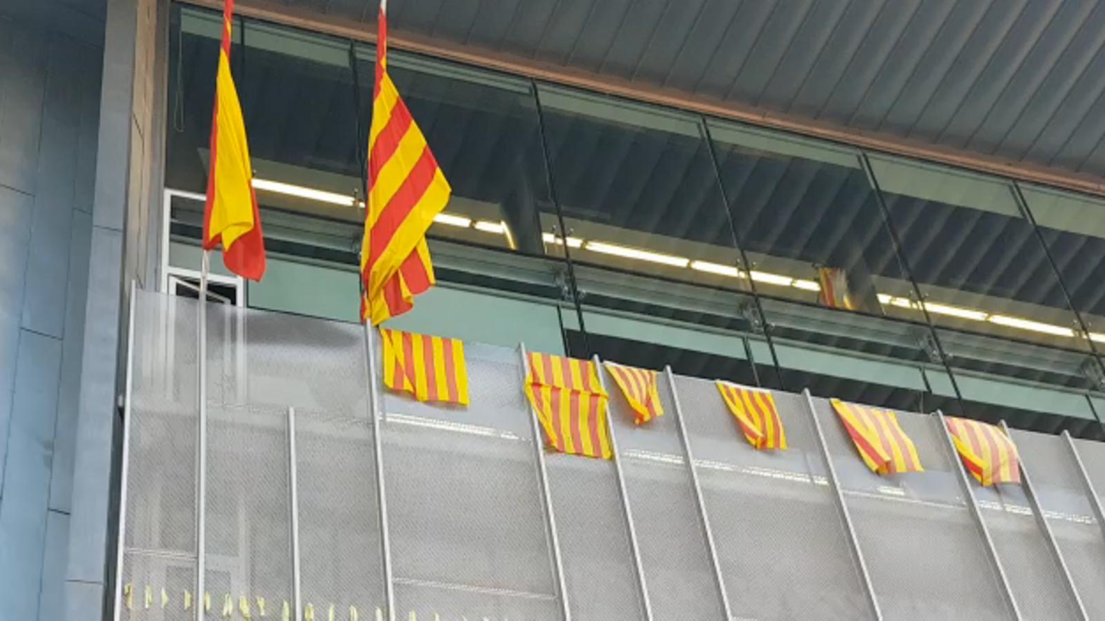 Els CDR despengen la bandera espanyola a Girona