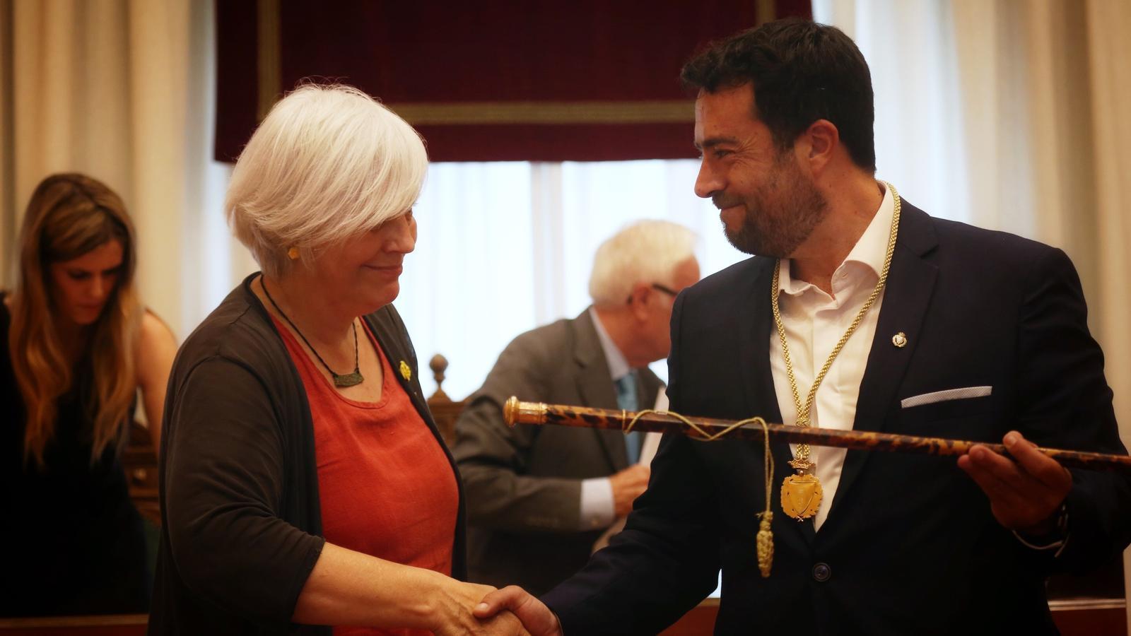 Encaixada de mans entre Dolors Sabater i el que ja és el nou alcalde de Badalona, el socialista Àlex Pastor