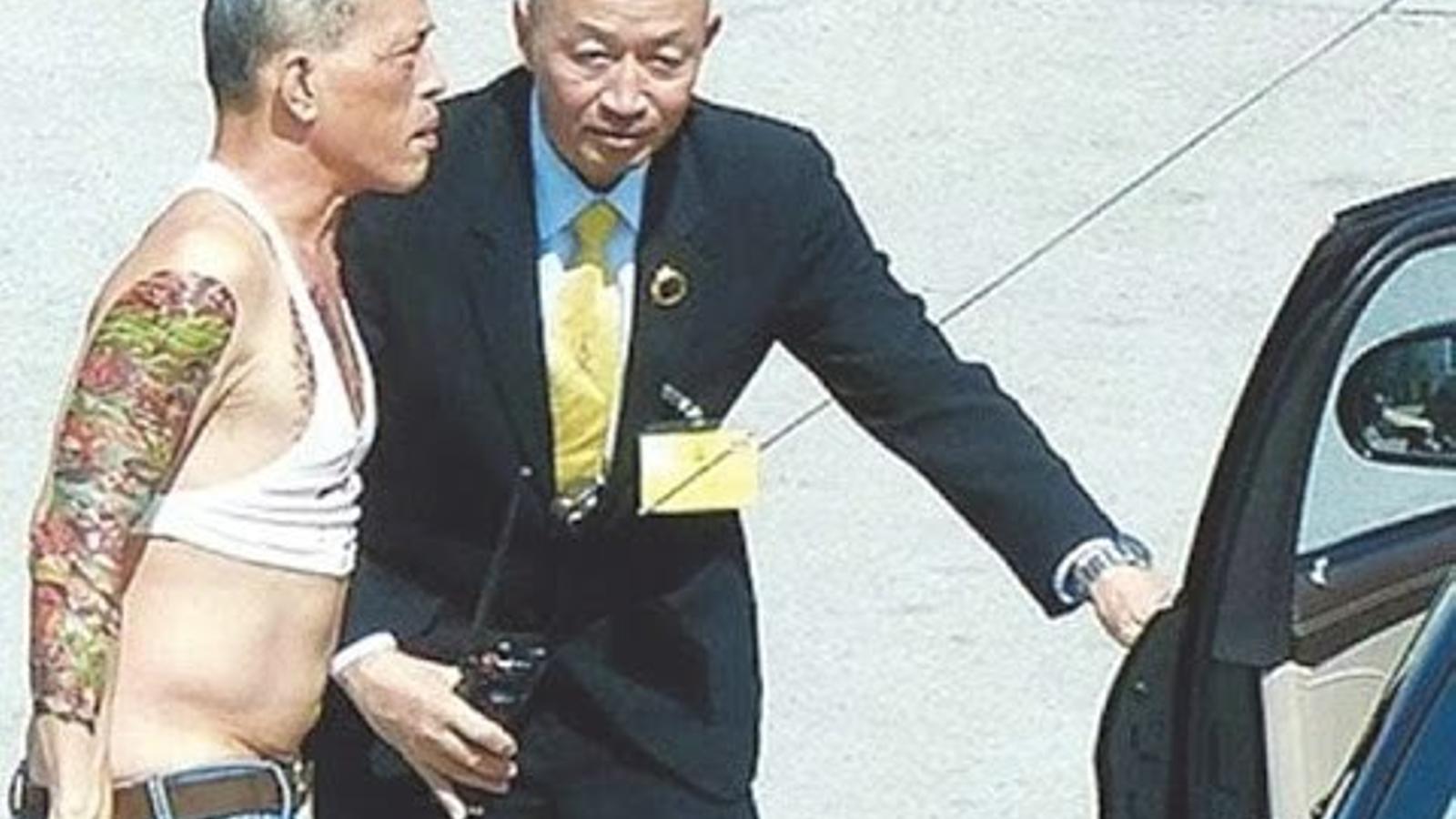 El rei de Tailàndia es passeja per Múnic presumint de tatuatges en un vídeo que Facebook ha censurat al país asiàtic