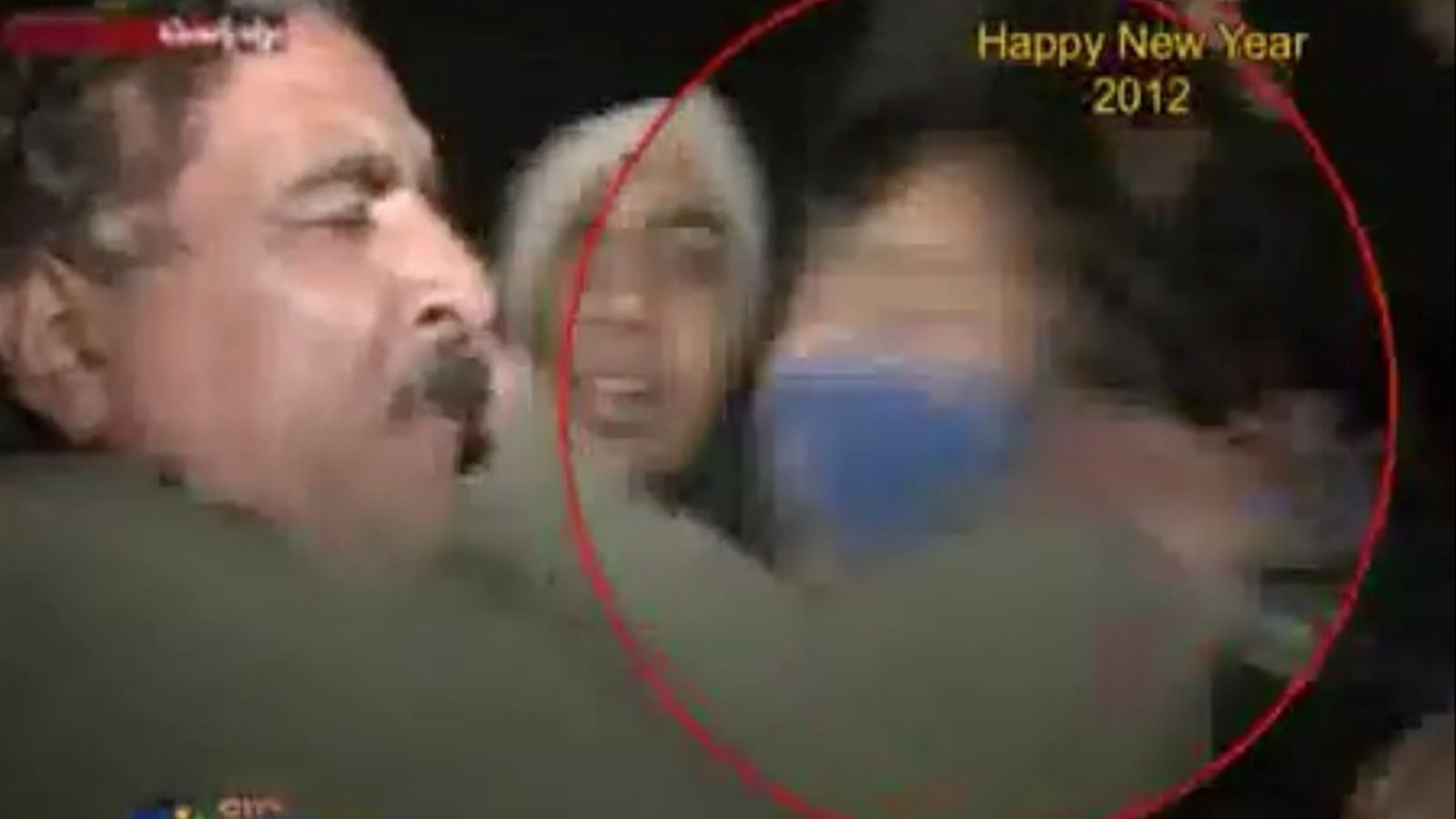 Un reporter de la televisió paquistanesa pega un noi a la cara en una connexió en directe