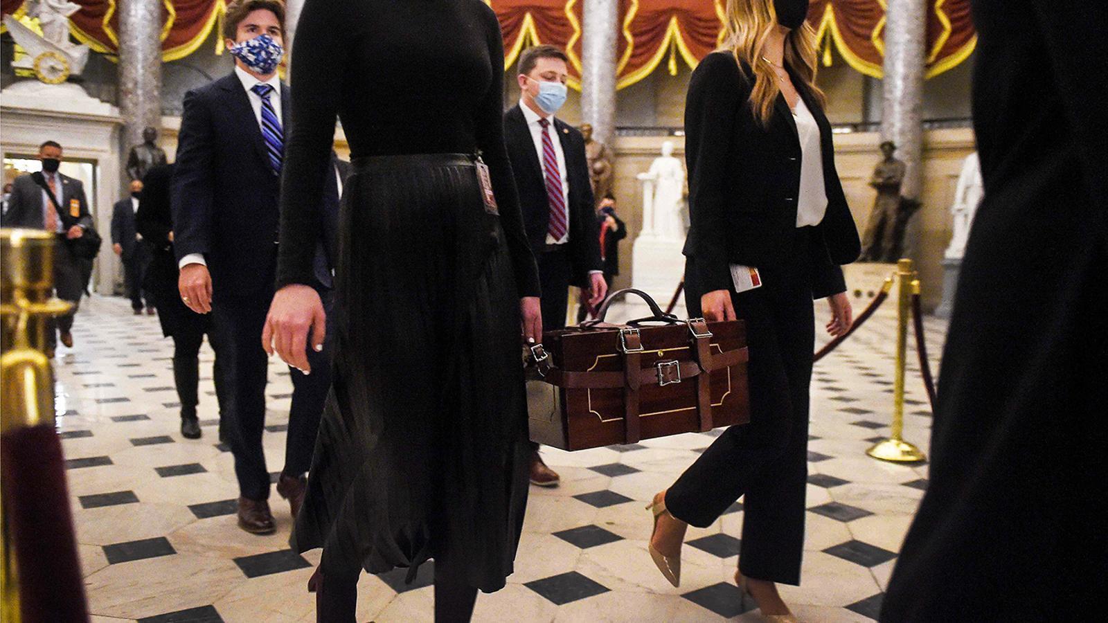 Porten les urnes de votació per fer la ratificació al Senat del Capitoli