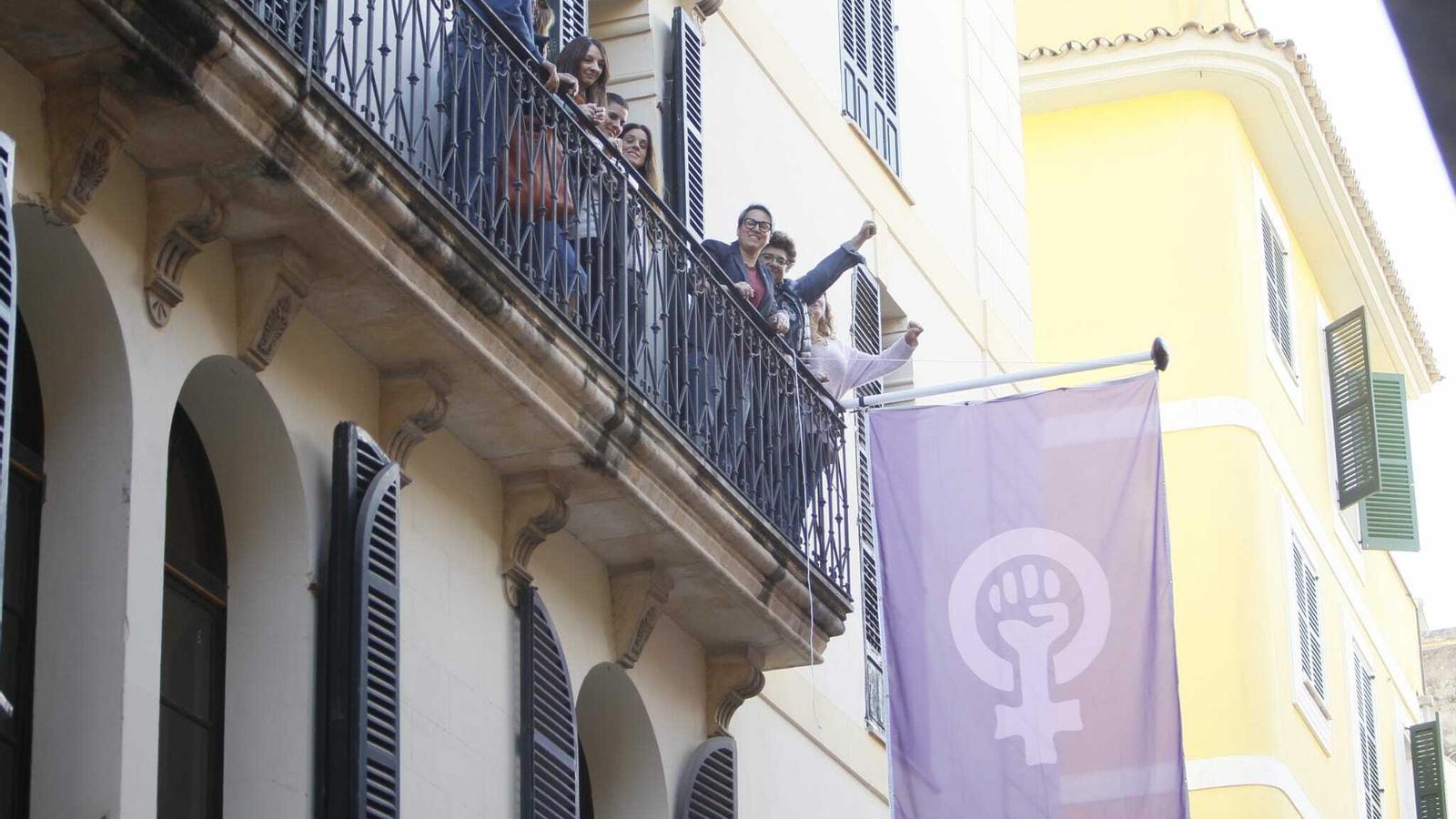 La bandera feminista al centre Flassaders