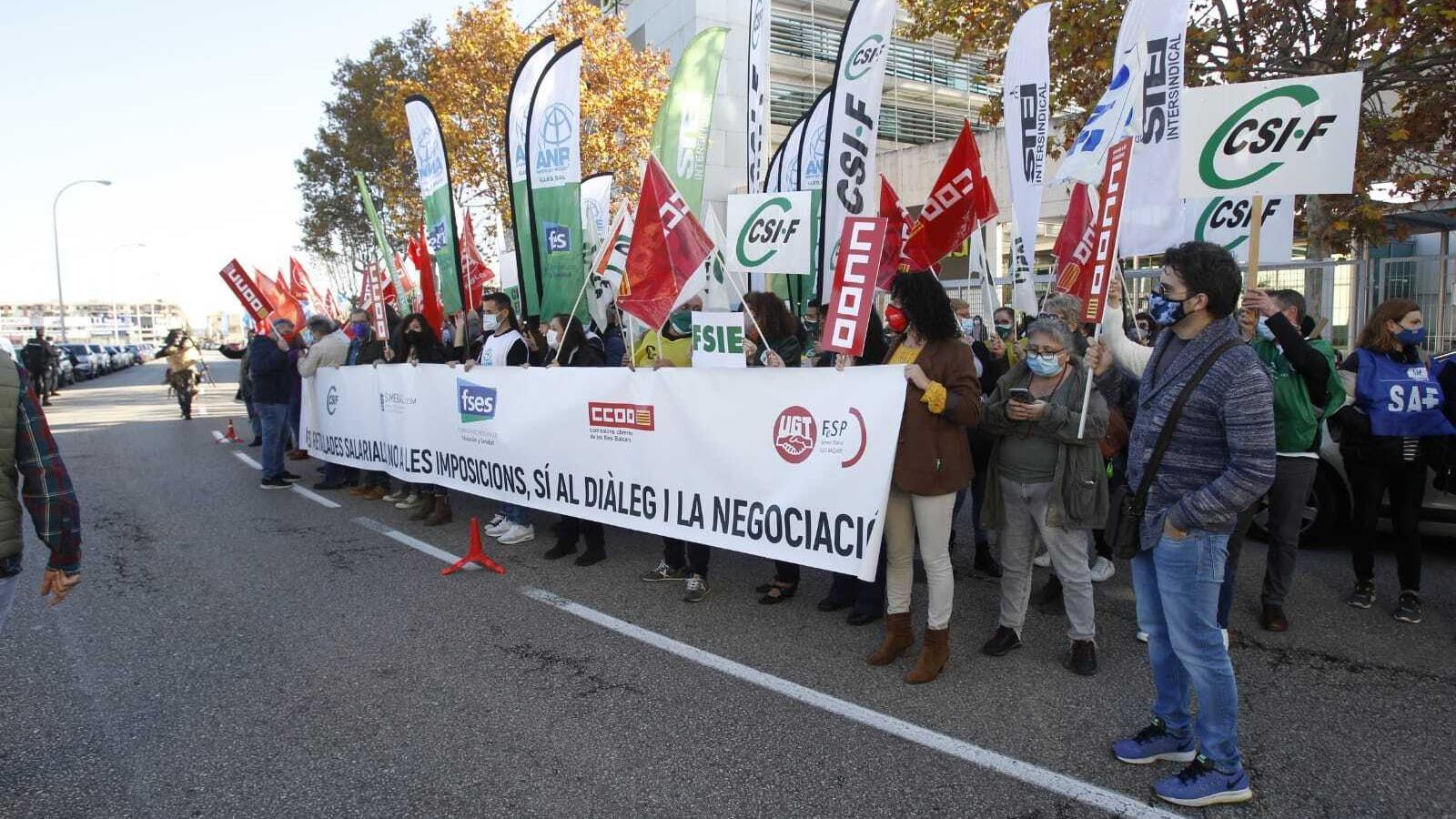 La protesta dels dindicats s'ha fet davant la seu de la Conselleria d'Educació.