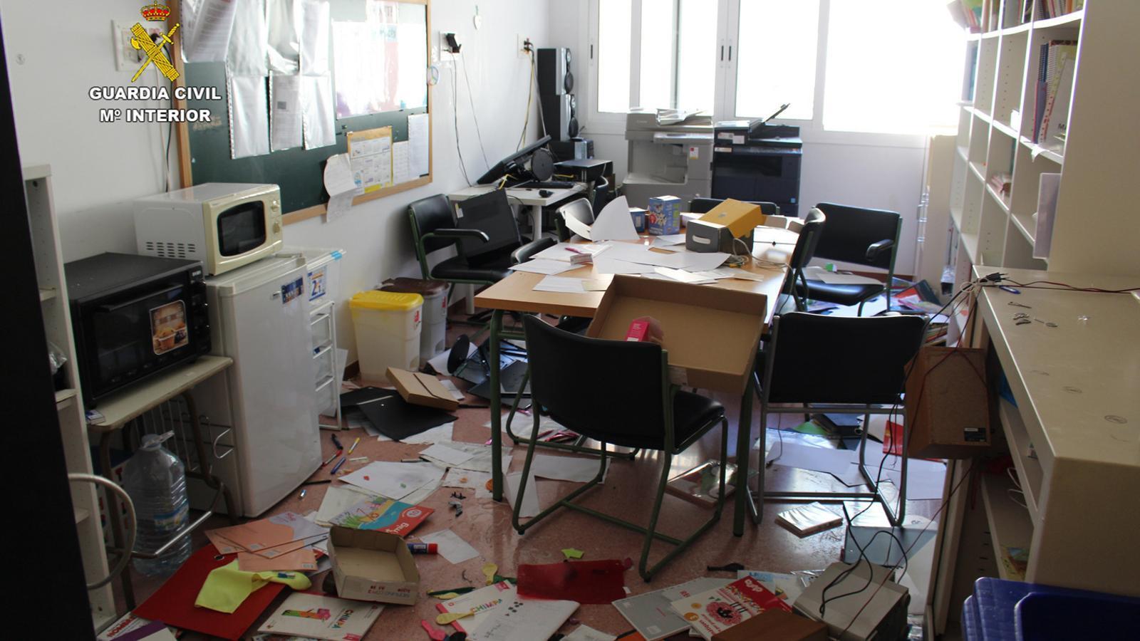 Estat en que va quedar un dels despatxos dels centres afectats