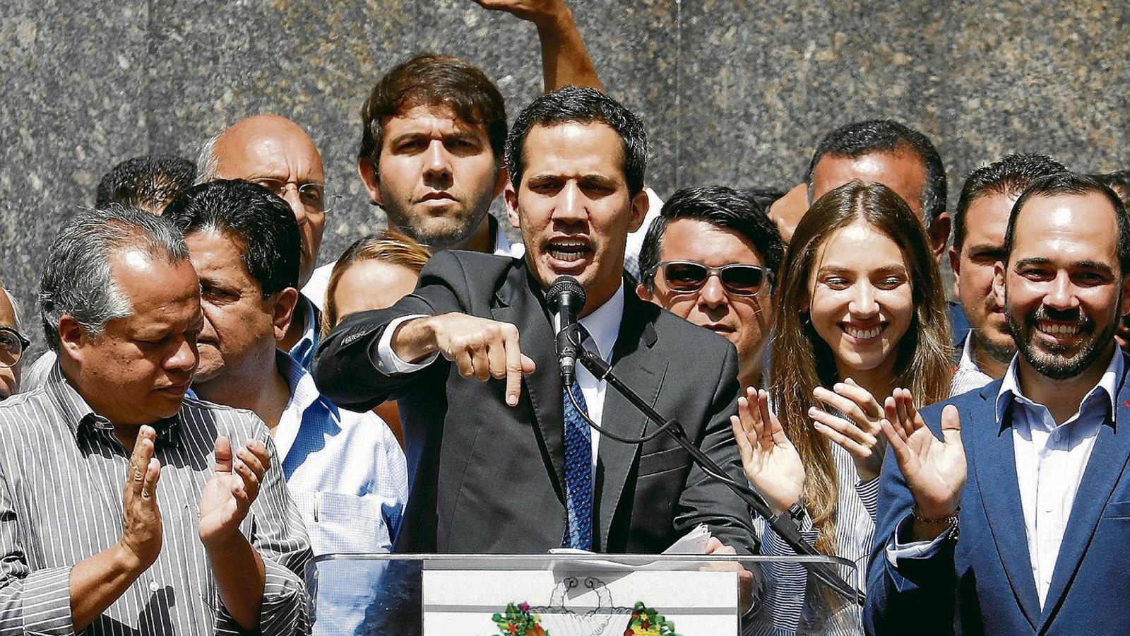 Juan Guaidó va reaparèixer ahir en una plaça de Caracas per fer una roda de premsa. / CARLOS GARCIA / REUTERS