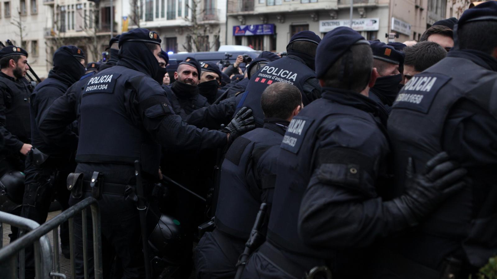 Els Mossos carreguen contra els manifestant a Lleida