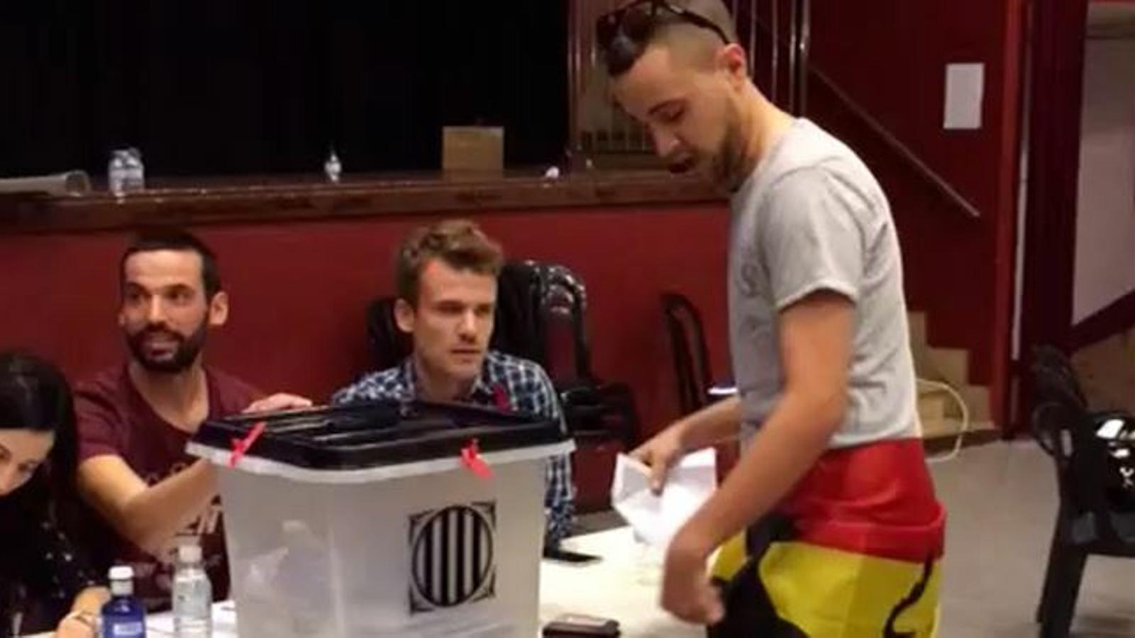 El votant de l'1-O de Torrefarrera que va anar a votar amb una bandera espanyola