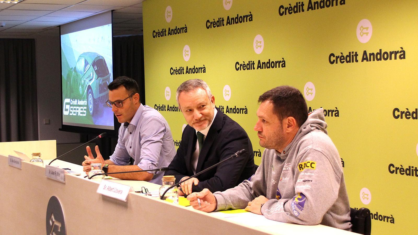 El responsable d'organització de les Crèdit Andorrà GSeries i director del circuit Andorra-Pas de la Casa, Àlex Bercianos; el director de Comunicació Corporativa, Màrqueting i Transformació Digital Clients de Crèdit Andorrà, Joan R. Mas, i el pilot Albert Llovera, aquest migdia a la seu de Crèdit Andorrà. / M. F. (ANA)