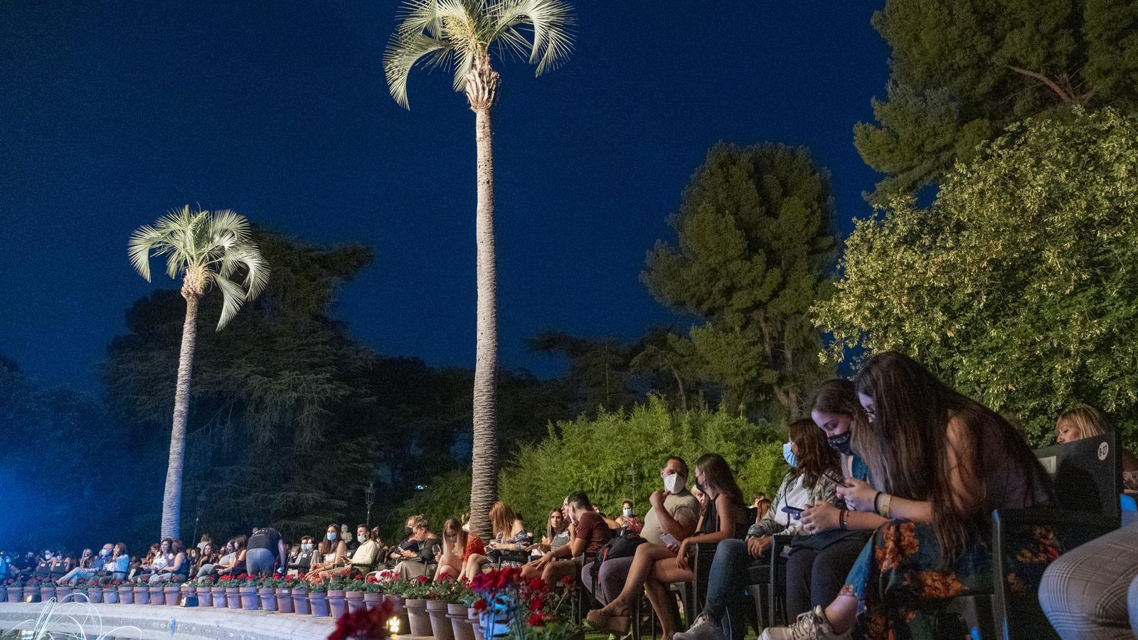 Públic al voltant de la font de Pedralbes durant el concert de Pablo López