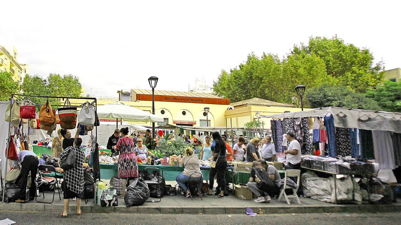 Tres pics per setmana, la plaça del mercat s'omple de paradetes amb roba i productes alimentaris de pagesos d'arreu de l'illa.