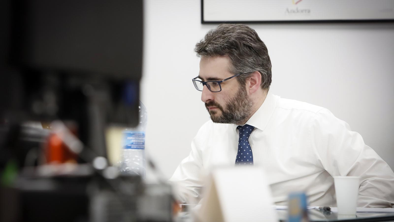 El ministre Portaveu, Eric Jover, prepara la roda de premsa d'aquest diumenge al vespre. / SFG