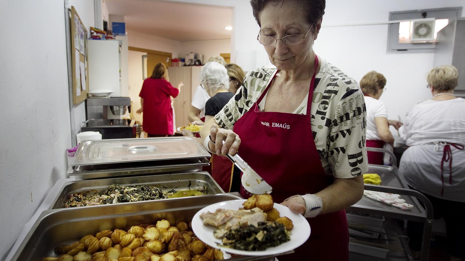 Els usuaris del menjador Emmaús, a Barcelona, reben des del juny menús del projecte Alpan.