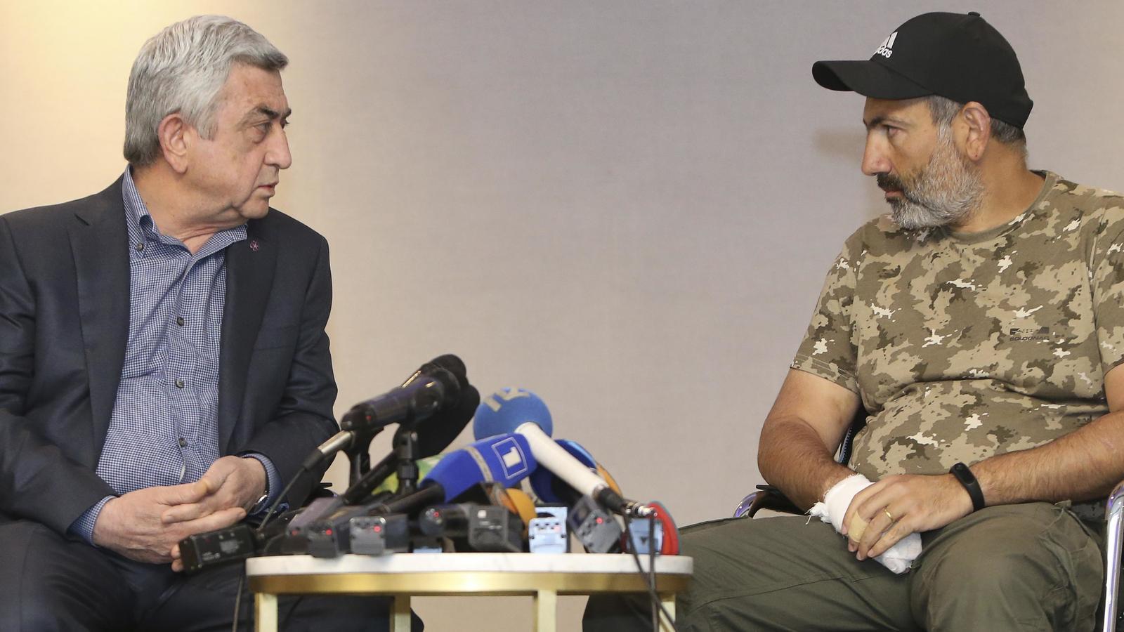 Sarksyan, a l'esquerra, conversa amb el diputat Pashinyan, en una reunió que ha fracassat.