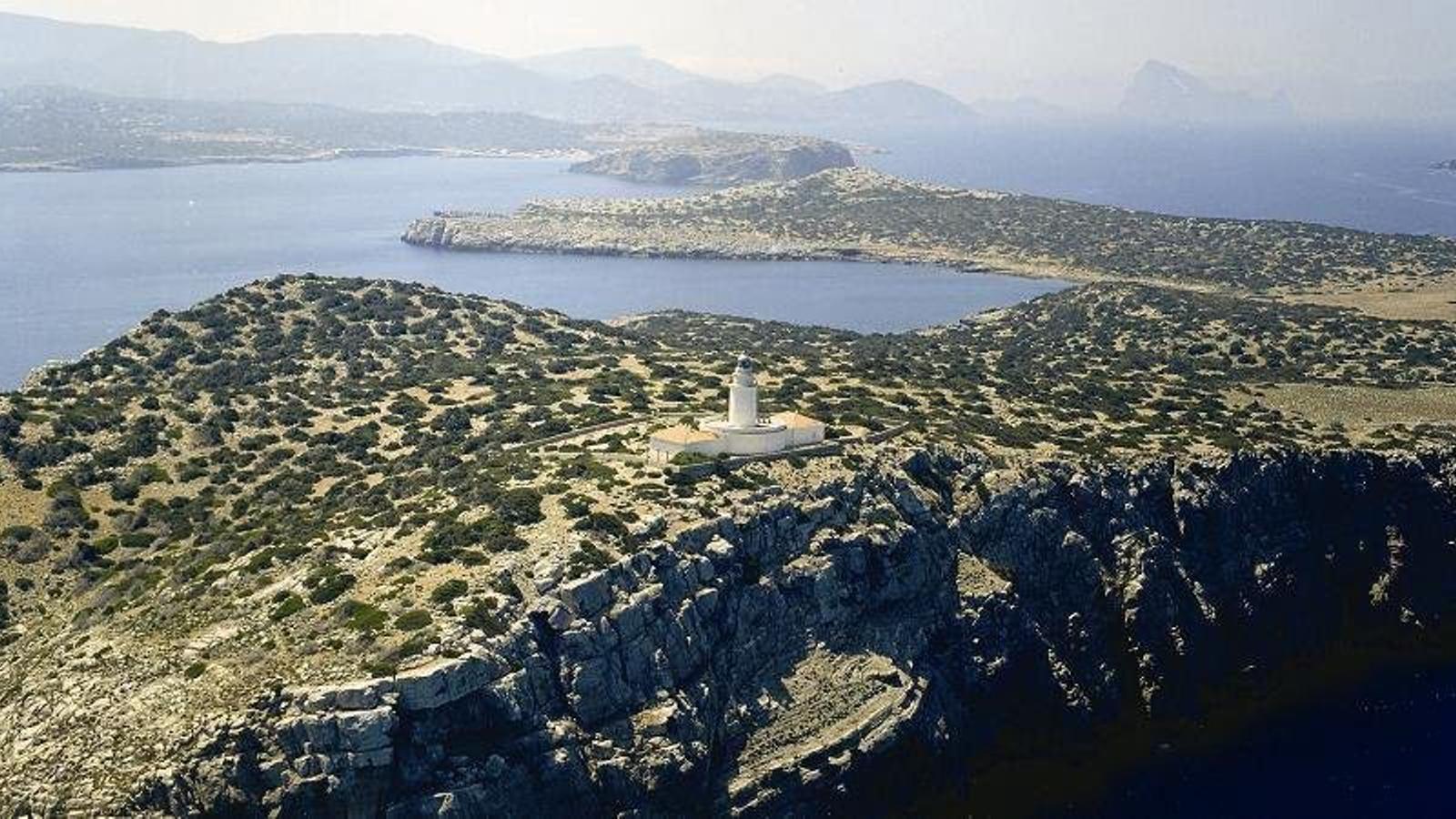 El far de sa Conillera té una altura   De 18 metres i està construït bàsicament amb marès.