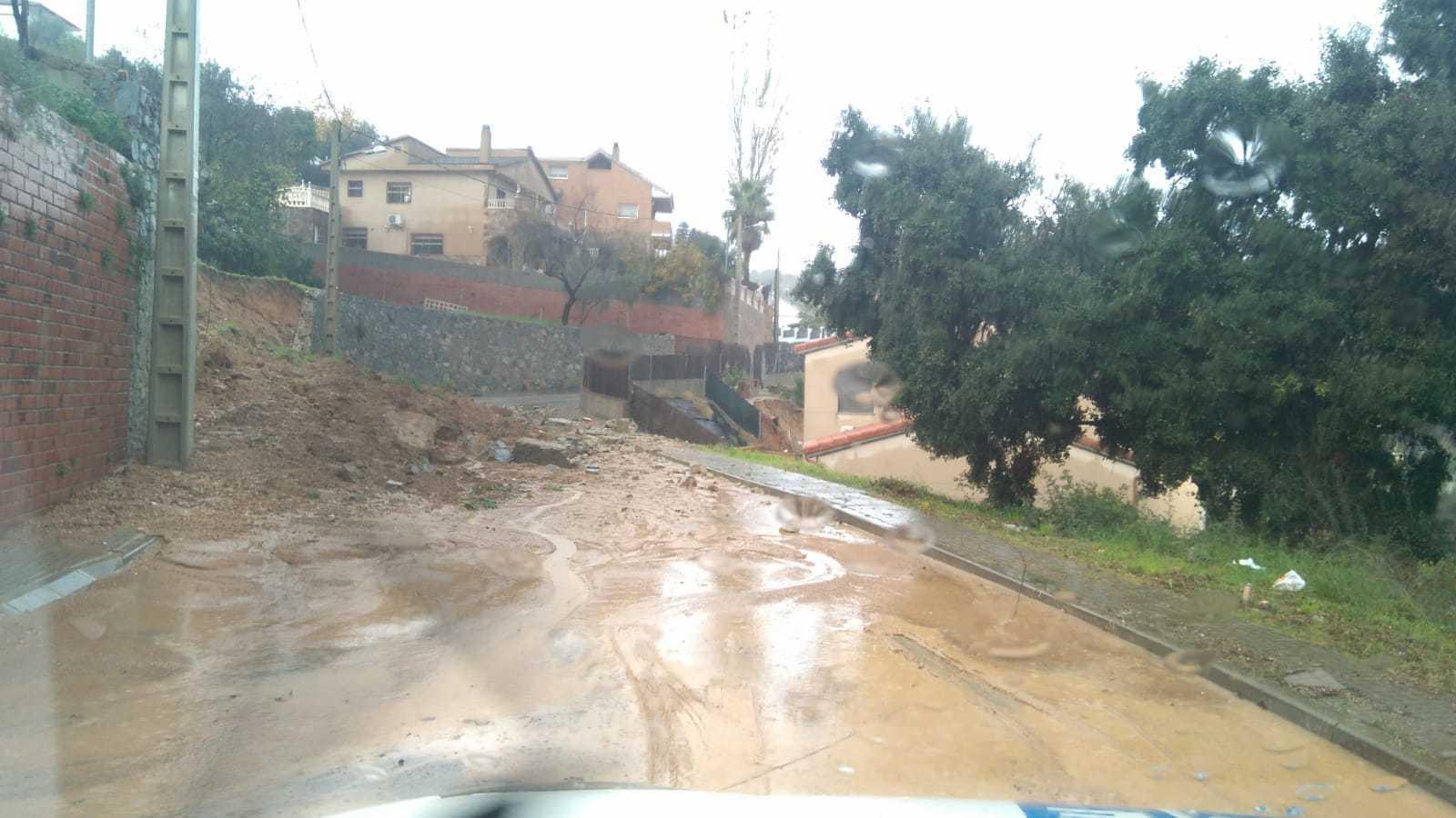 Les pluges han provocat esfondraments a la Urbanització can Barceló, a Rubí.