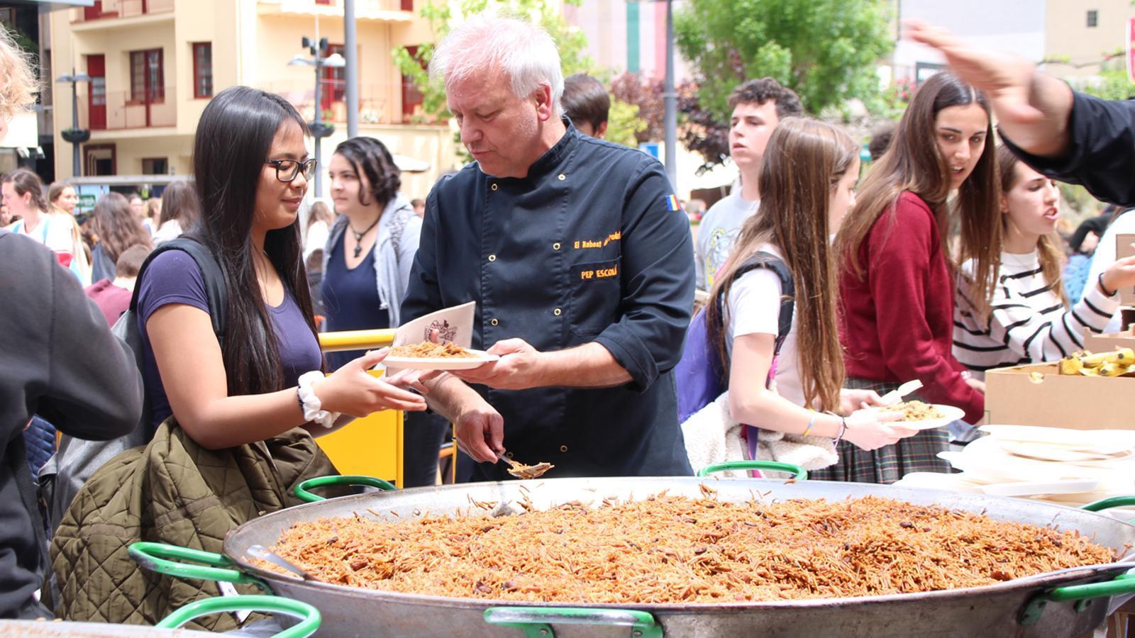 Dinar de germanor entre els estudiants a la plaça de la Germandat de Sant Julià de Lòria. / M. P. (ANA)