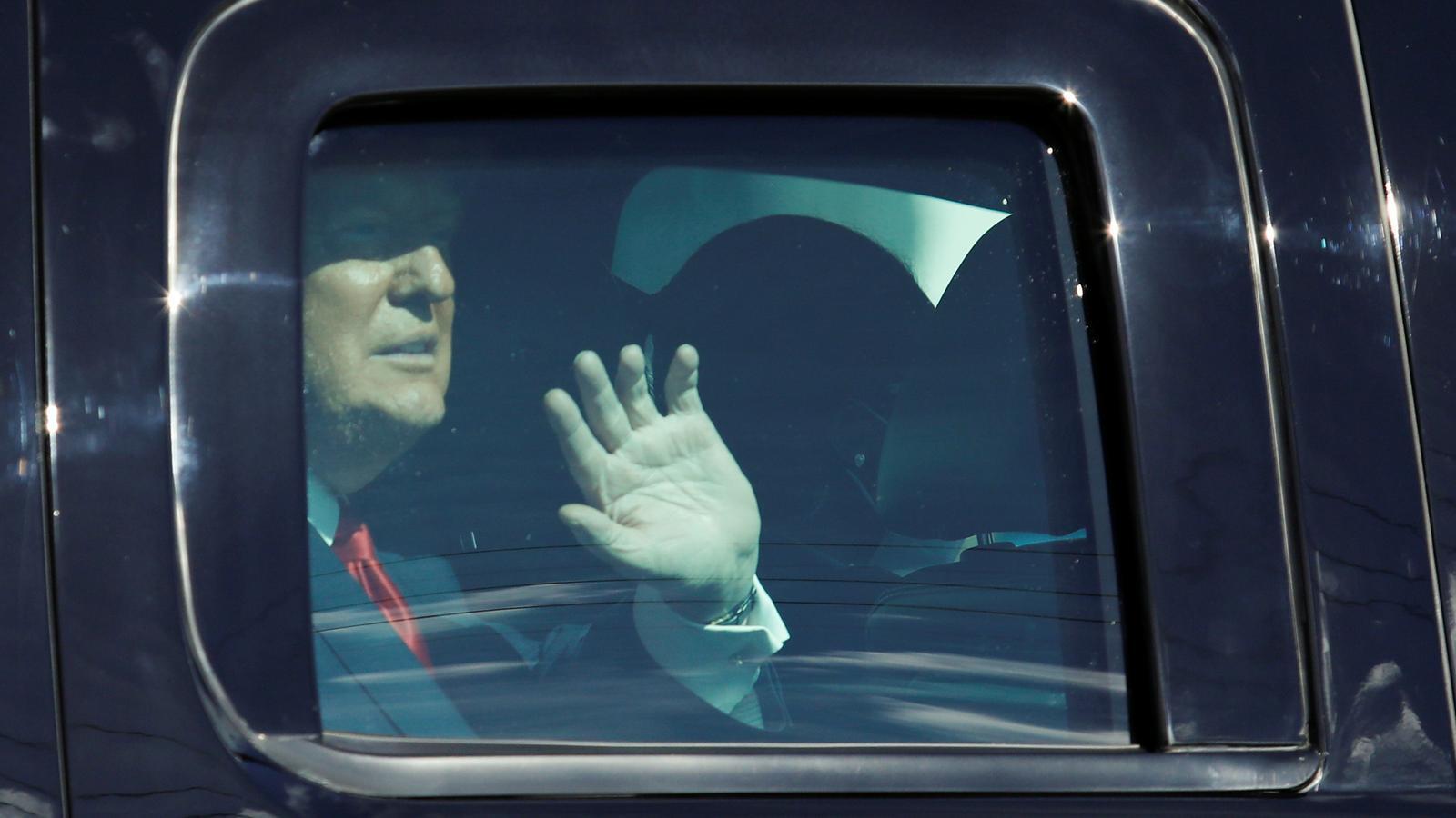 Donald Trump saluda des del cotxe a  la seva arribada Palm Beach, Florida, el dia queva deixar el càrrec.