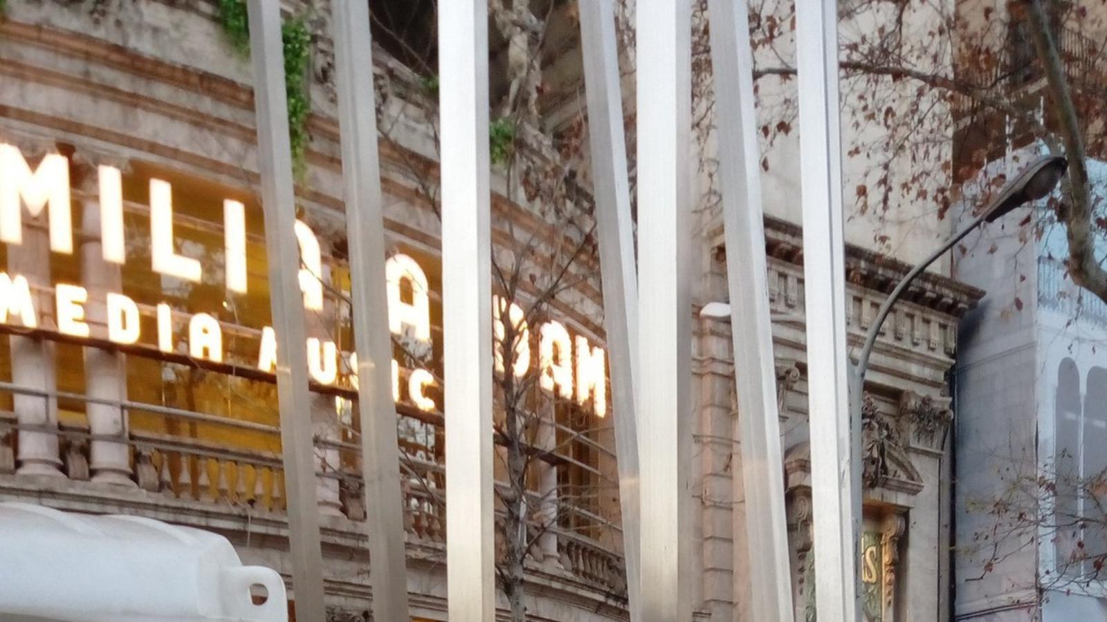 El monument a les víctimes dels bombardejos s'utilitza com a magatzem de tubs de plàstic