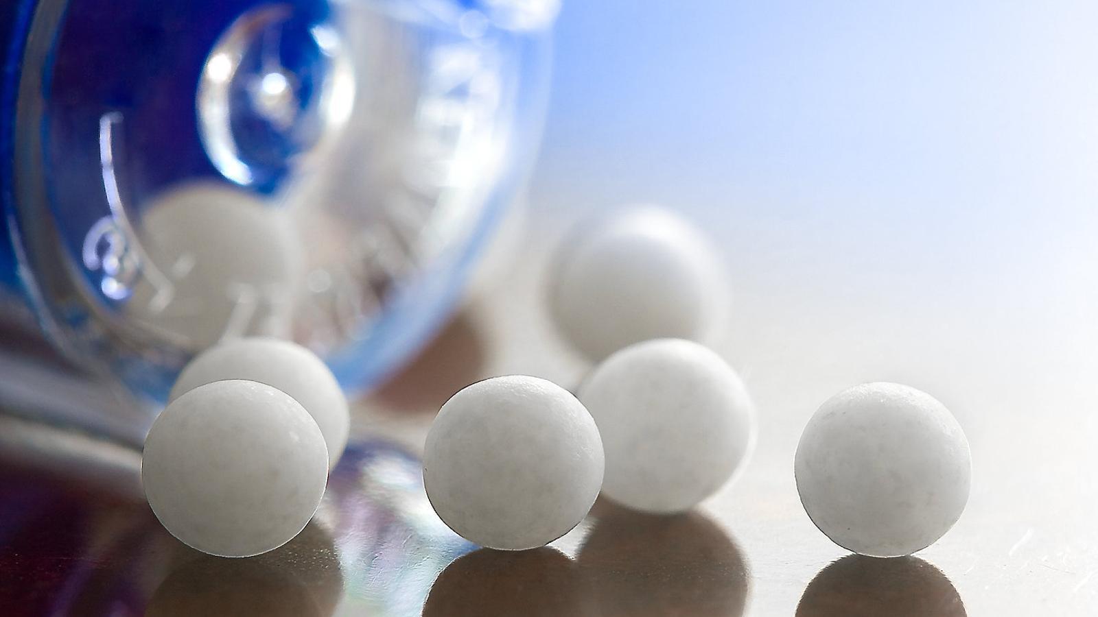 Boles de medicació homeopàtica. Les teràpies pseudocientífiques tornen a centrar la polèmica arran del congrés pseudocientífic sobre càncer celebrat ahir a Barcelona.