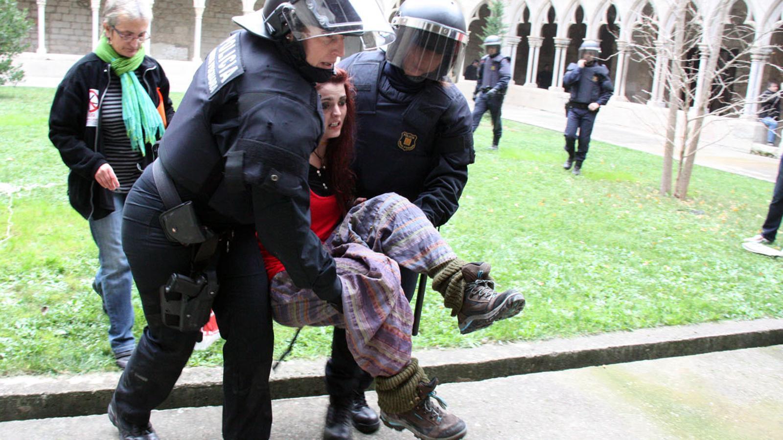 Divuit Ferits I 3 Detinguts En Una Carrega Dels Mossos En Una