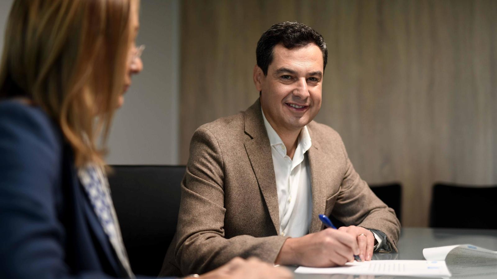 Juanma Moreno, aquest divendres durant la signatura davant notari