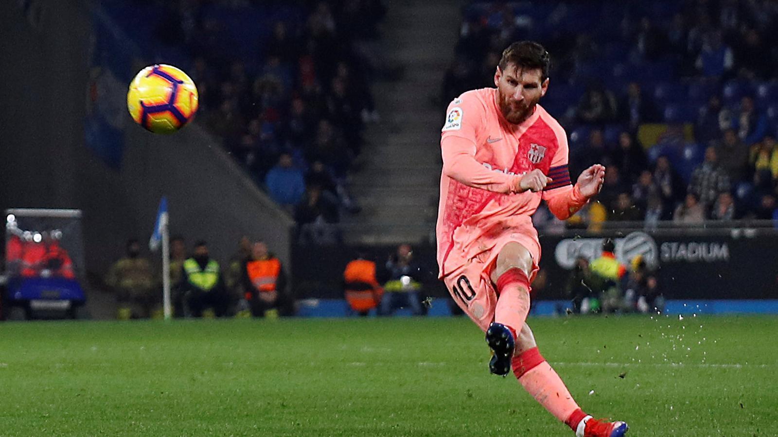 Messi executant el seu segon gol de falta en el derbi de dissabte passat contra l'Espanyol a l'RCDE Stadium.