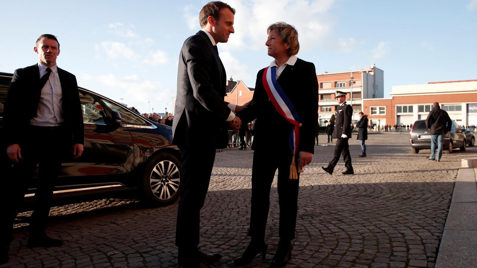 Macron saluda a l'alcaldessa de Calais, a la seva arribada a la localitat.