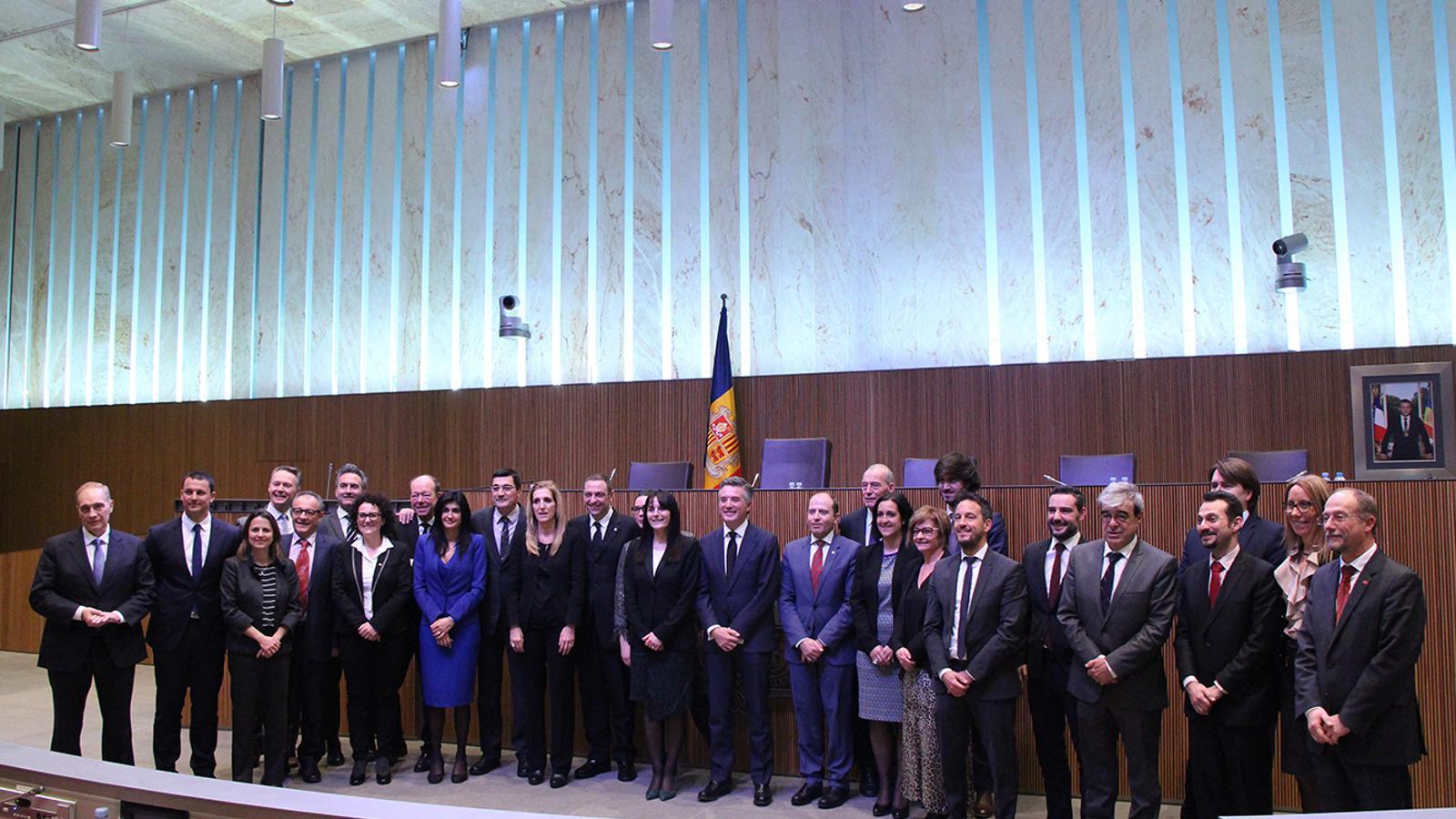 Tots els consellers generals i els síndics un cop ha acabat la darrera sessió de Consell General de la legislatura. / M. F. (ANA)