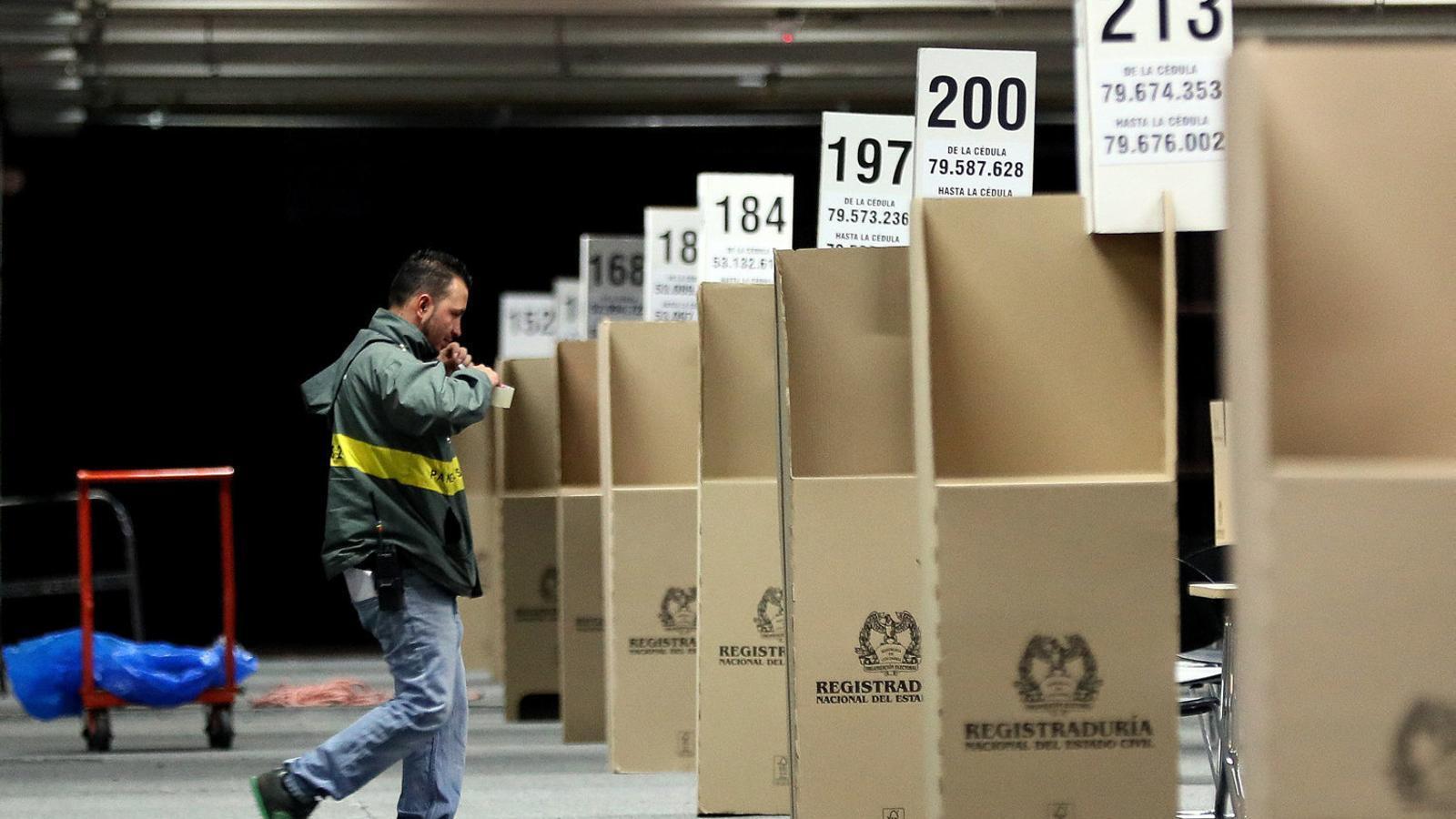Preparatius per a la segona volta de les presidencials en un dels col·legis electorals més importants de Bogotà.