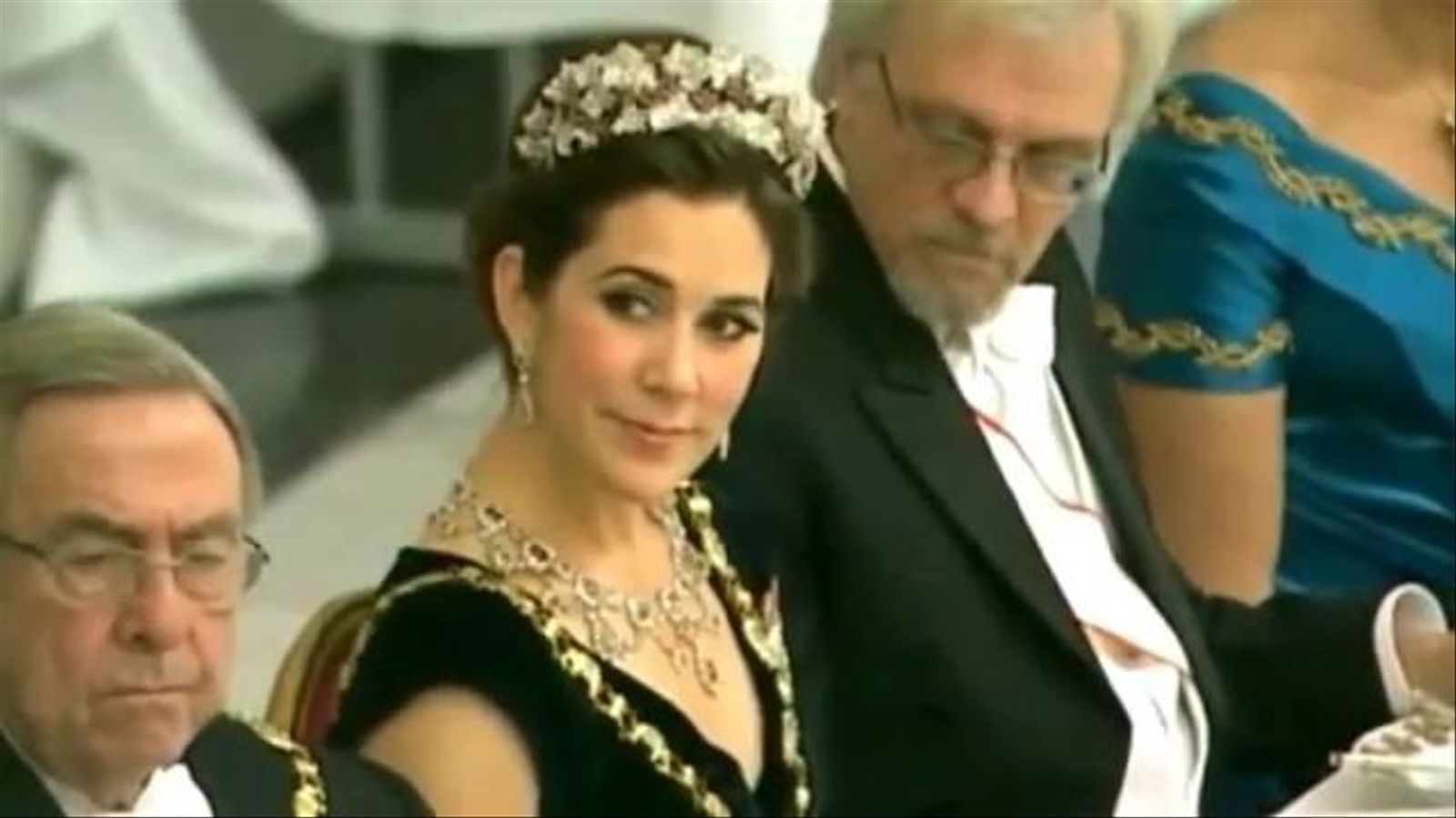 El marit de la presidenta de Finlàndia mira l'escot de la princesa Mary de Dinamarca