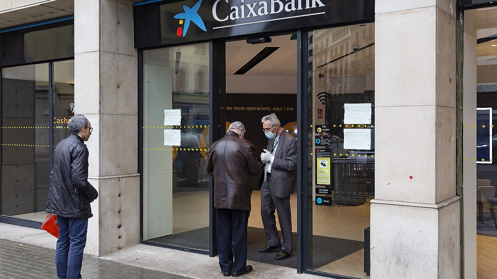 Imatge d'una oficina de CaixaBank a Barcelona durant l'estat d'alarma.