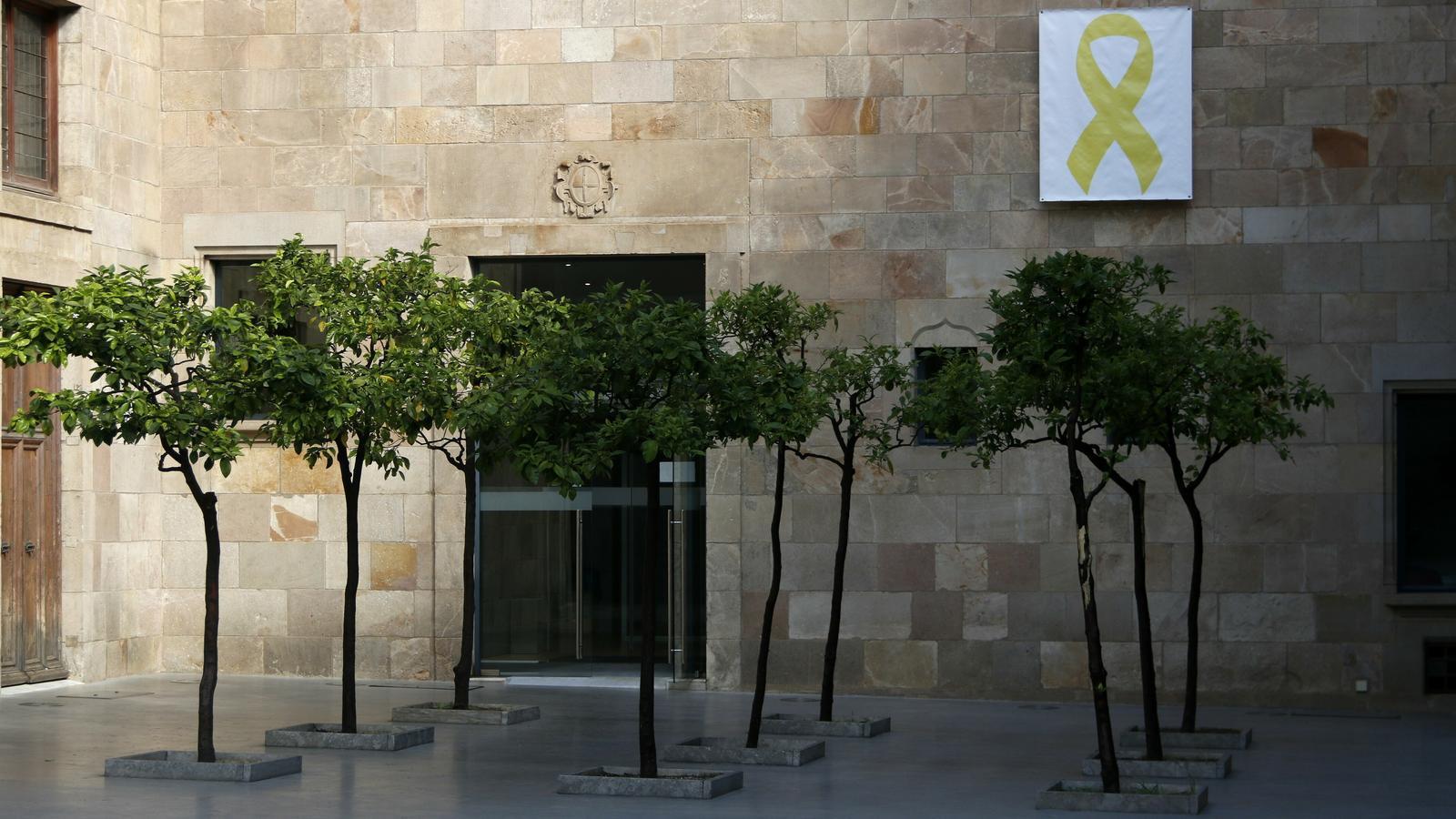La JEC demana a Torra que tradueixi al castellà el recurs contra l'ordre de despenjar llaços dels edificis públics