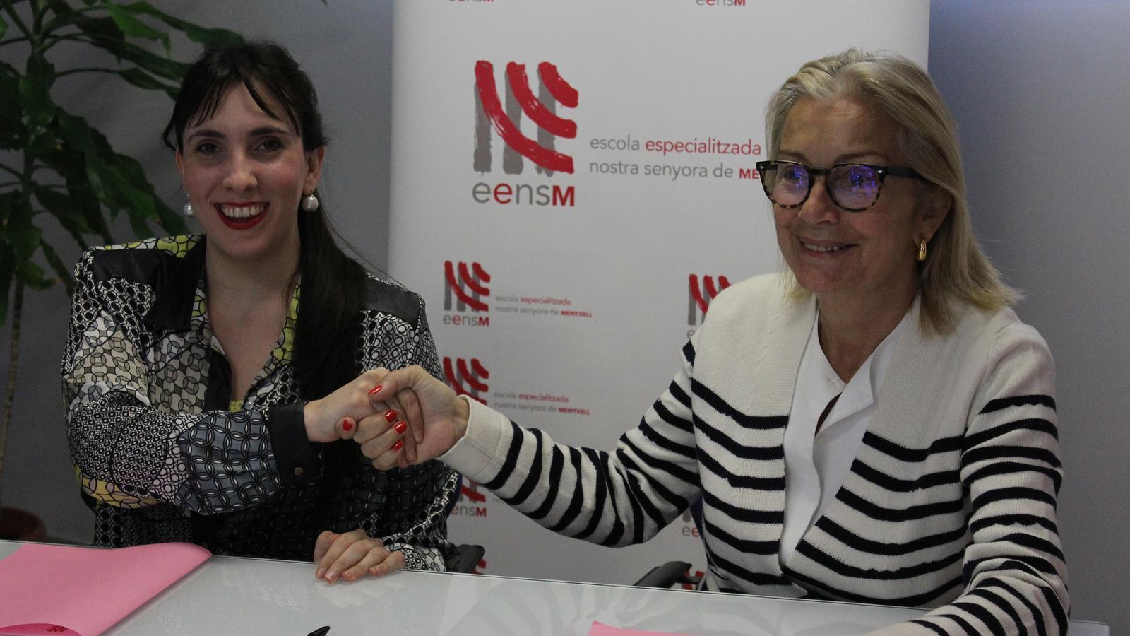 Jonaina Salvador, responsable d'Andorra Lírica, i Maria Pilar Diez, presidenta de la junta rectora de l'EENSM signen la renovació de l'acord de col·laboració entre les dues entitats. / M. R. F. (ANA)
